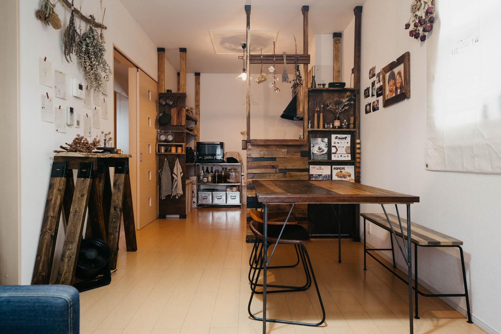 いい風合いの木材で作られた、キッチンカウンター、収納、ダイニングテーブル。