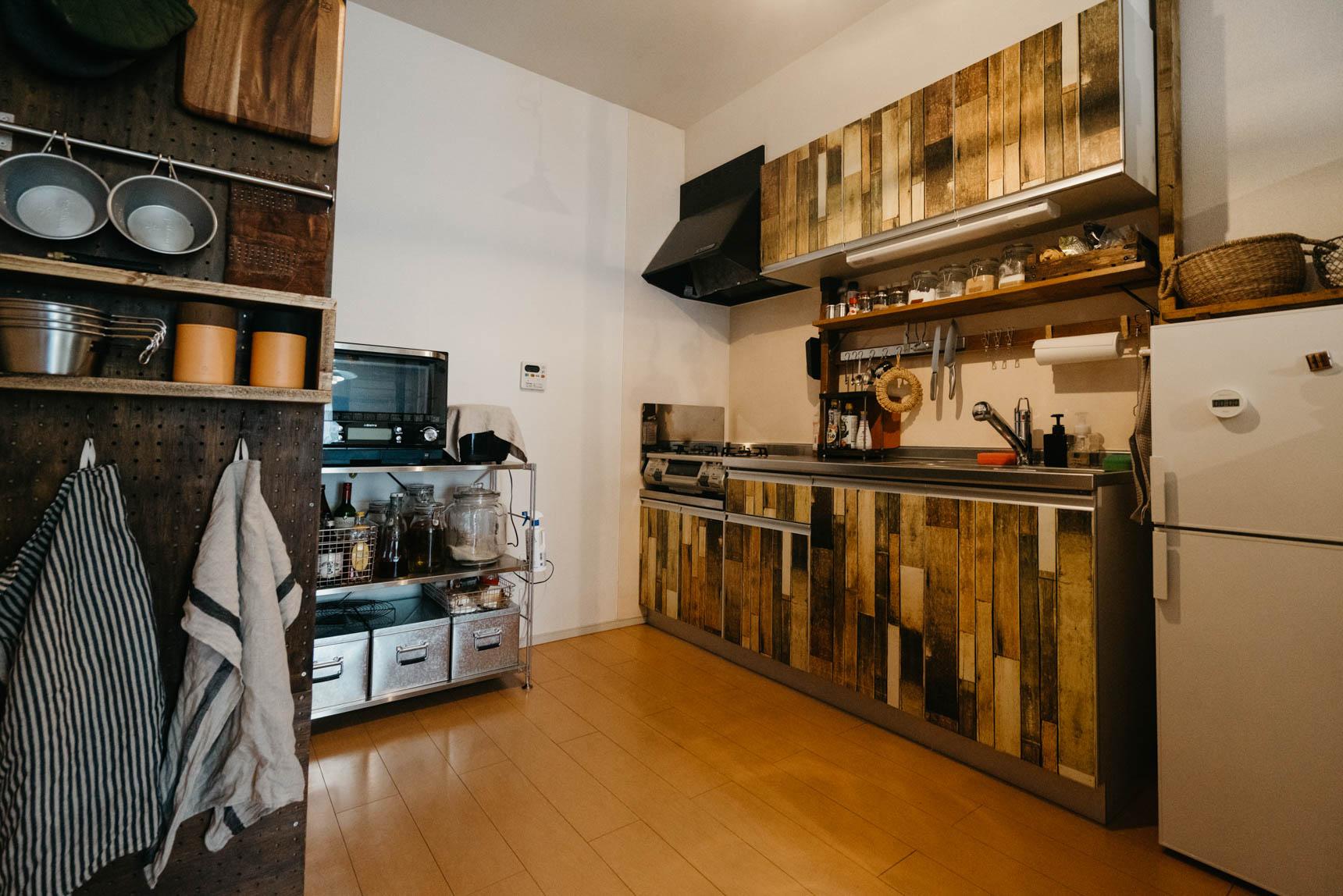 キッチンには、リメイク用の剥がせるシートを貼り、こちらも雰囲気を合わせます。