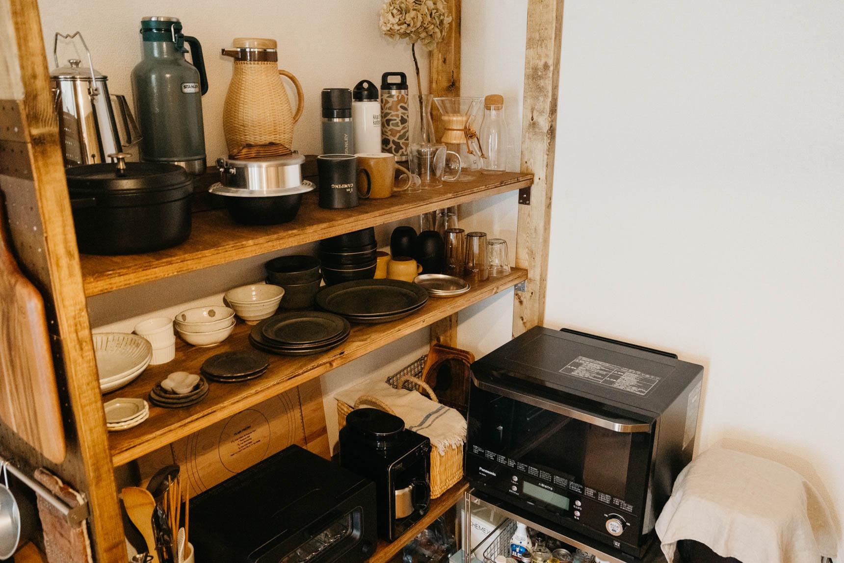 よくみると、キッチンの棚にもアウトドアでも使えるグッズがたくさん並んでいます。