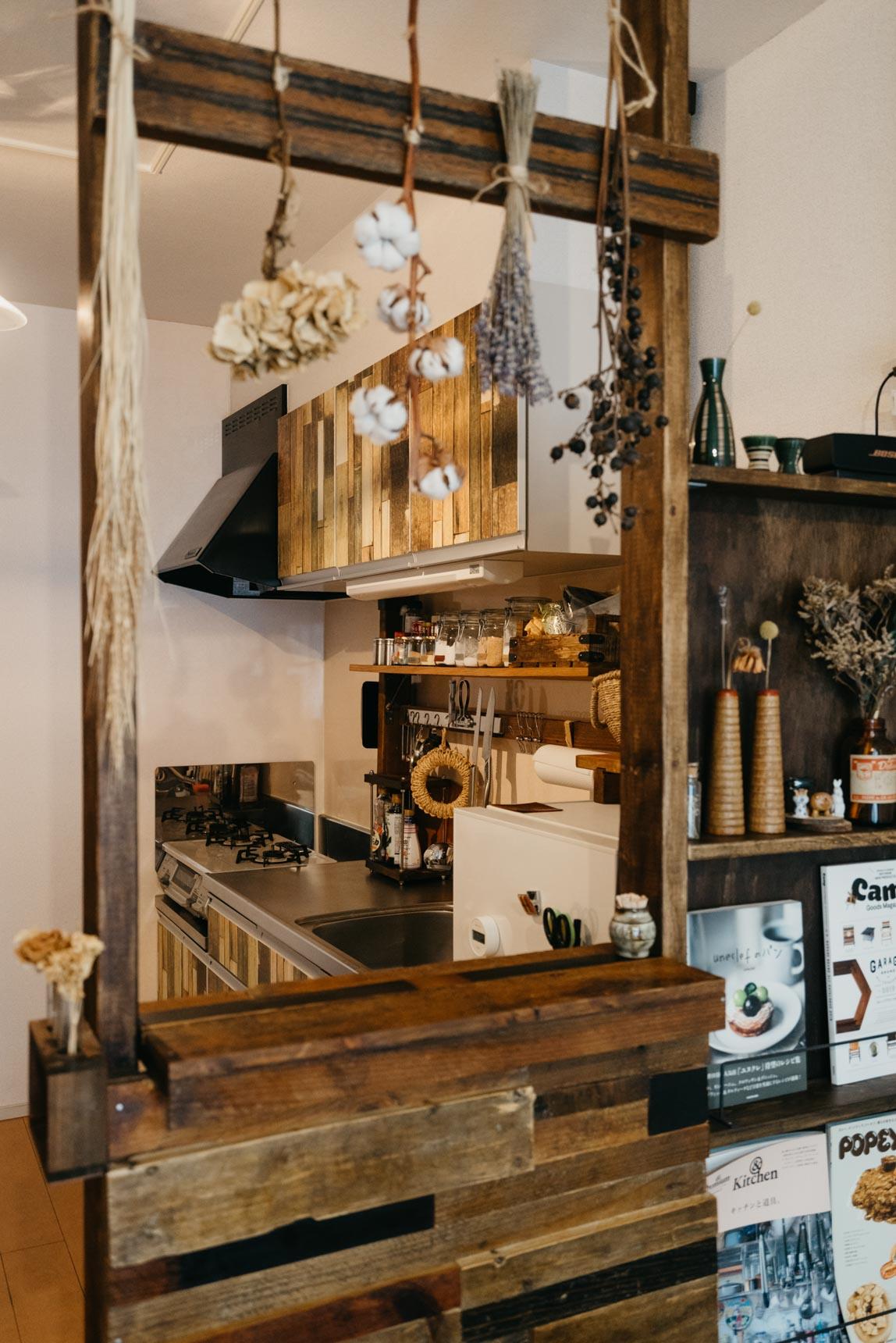 特に気に入っているのは、こちらのキッチンカウンター。ダイニングテーブルを作った時に余った端材で製作しました。とっても便利そう!