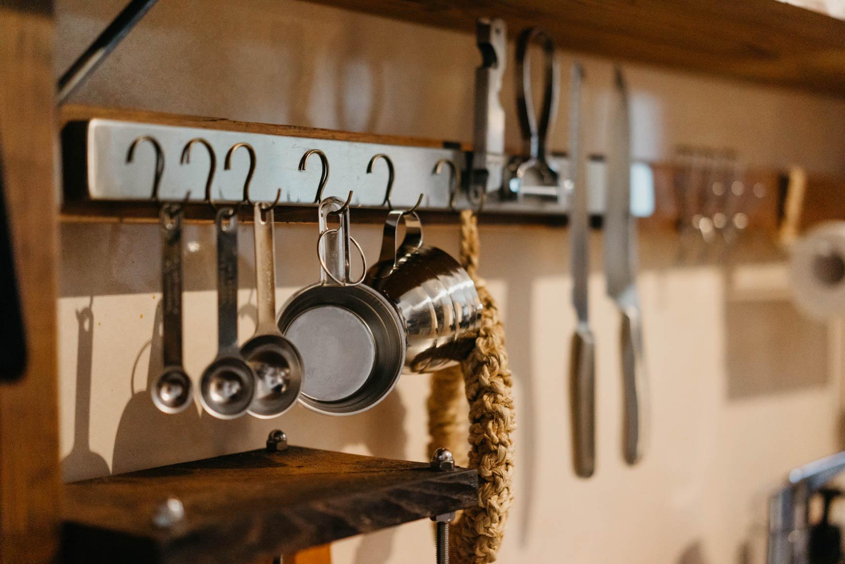 こちらはIKEAで購入できるマグネット式のナイフラック。ナイフ以外のものも、ご覧のように吊り下げ収納ができます。これは便利。