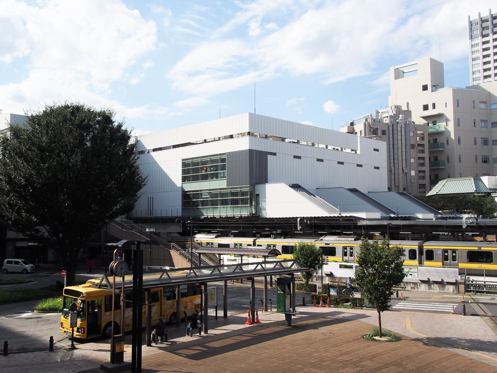 三鷹駅南口のロータリー。バスの本数も多く、様々な方面に走っているので、駅から離れた場所に住んでいる方も多いよう。