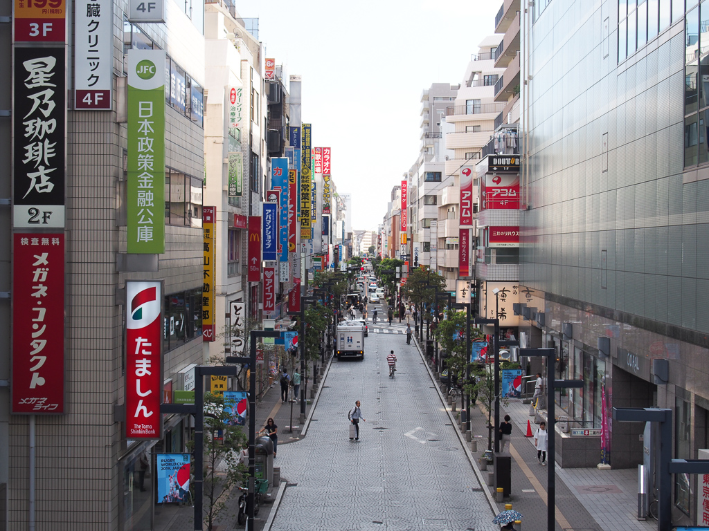 三鷹になじみのある方からよく聞くのは「とにかく南口がいい!」という言葉。大きな通りである「中央通り」には、道なりにたくさんのお店があります。