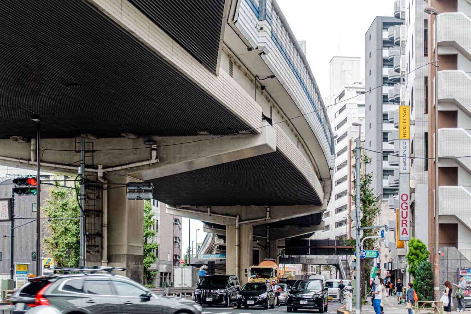 大きい道路の構造に惹かれる。