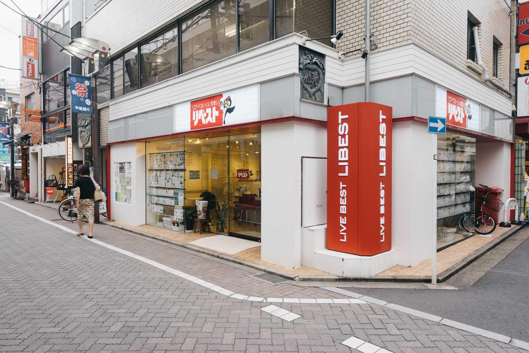 今年で創業48年を迎える、株式会社リベスト。赤い看板とキャラクターの「ペッキーちゃん」が目印。吉祥寺だけで3店舗、他に三鷹、武蔵境、久我山など近隣エリアの不動産を管理・仲介しています。