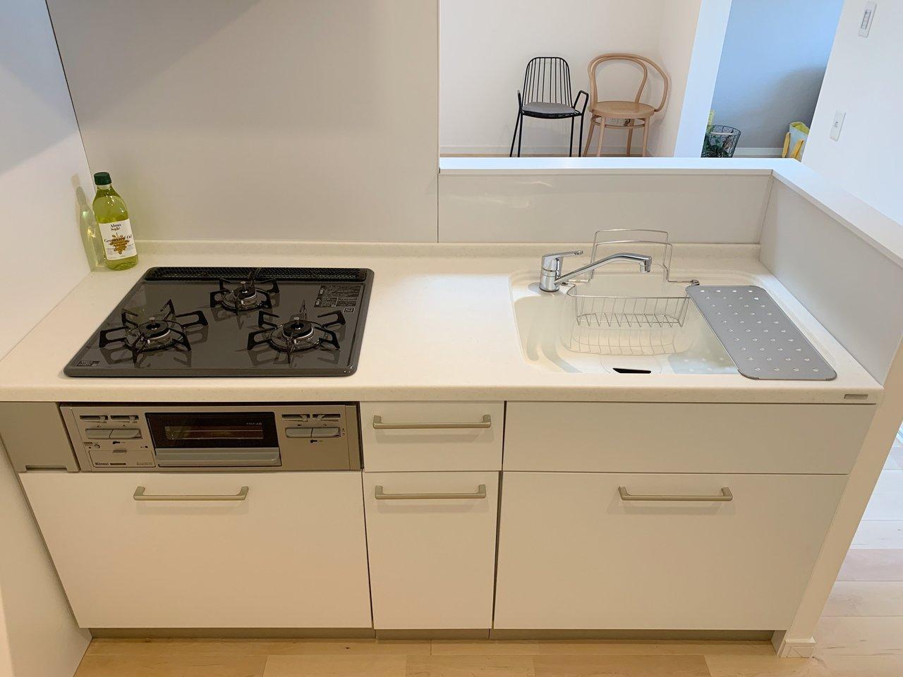 真っ白なデザインで、機能性も十分のこちらのキッチン、使いやすいと好評なんですよ