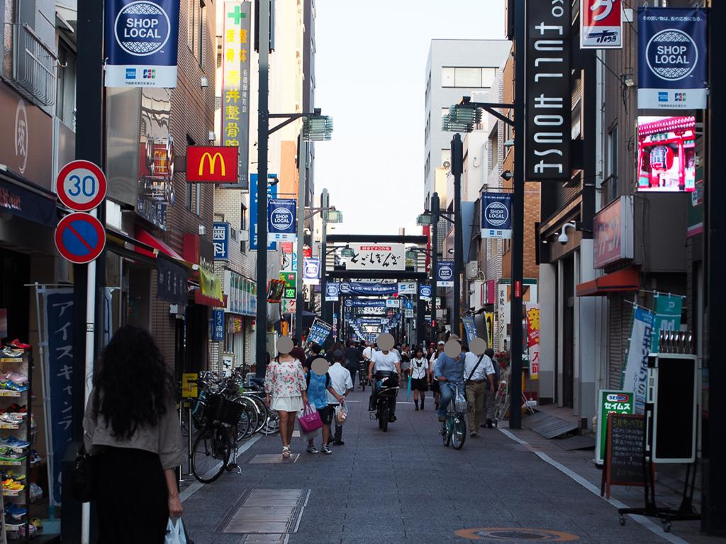 それもそのはず。戸越銀座は3つの商店街を合わせて、全長が約1.3km、約400件の店舗が軒を連ねていて、東京で一番長い商店街として有名です。平日でも1万人近い人でにぎわっているといわれています。