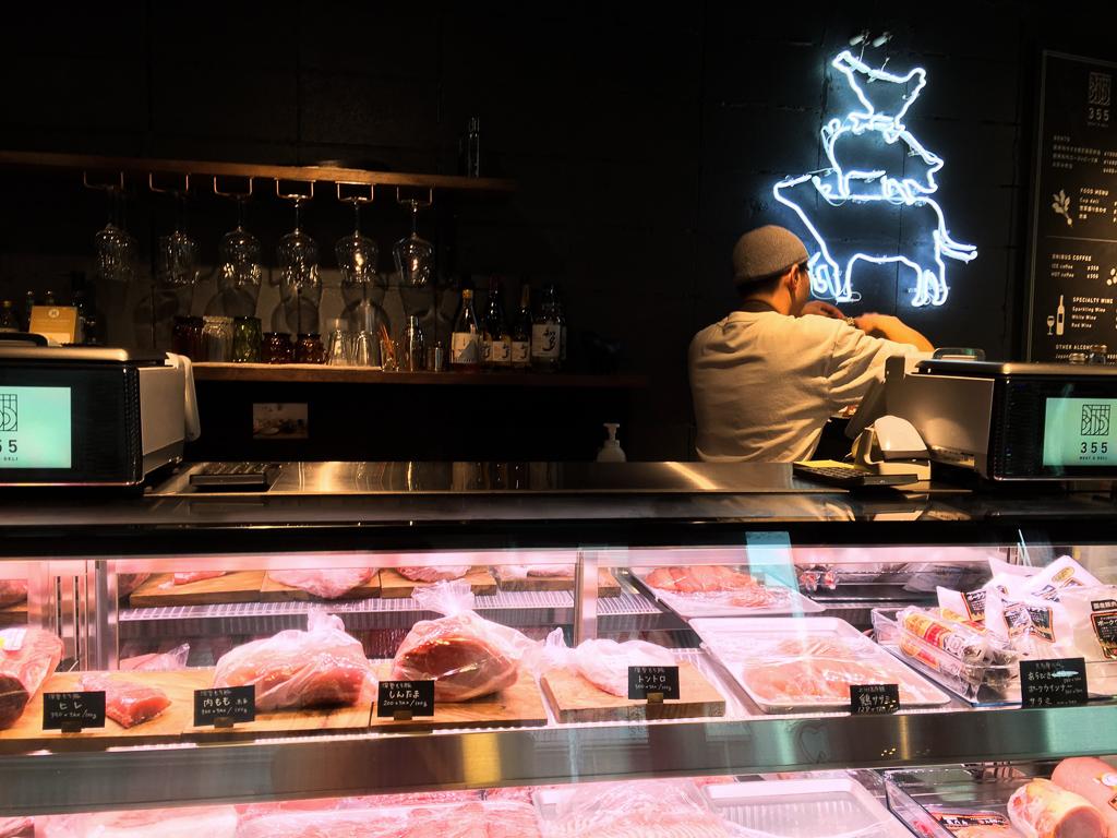「ここが精肉店!?」と驚くくらい、おしゃれな内装の店内では、きれいなショーケースの中に量り売りの生のお肉だけでなく、コロッケやメンチカツ、サラダなどの加工品も販売しています。肉屋でお肉を買う、という経験がまだあまりないわたしにとっては、毎日でも通いたくなるほど親しみやすいお店です。中では食材をつまみに、お酒を愉しめるサービスも始めたようです。まさに新しい時代の精肉店!