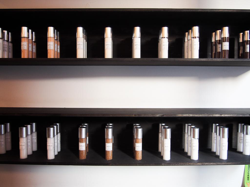 店内はまるでデパートの1階でよく見る、化粧品の販売店のよう。日本全国、さらに世界中から取り寄せている40種類以上の塩がシンプルできれいなボトルに入れられ、並んでいます。