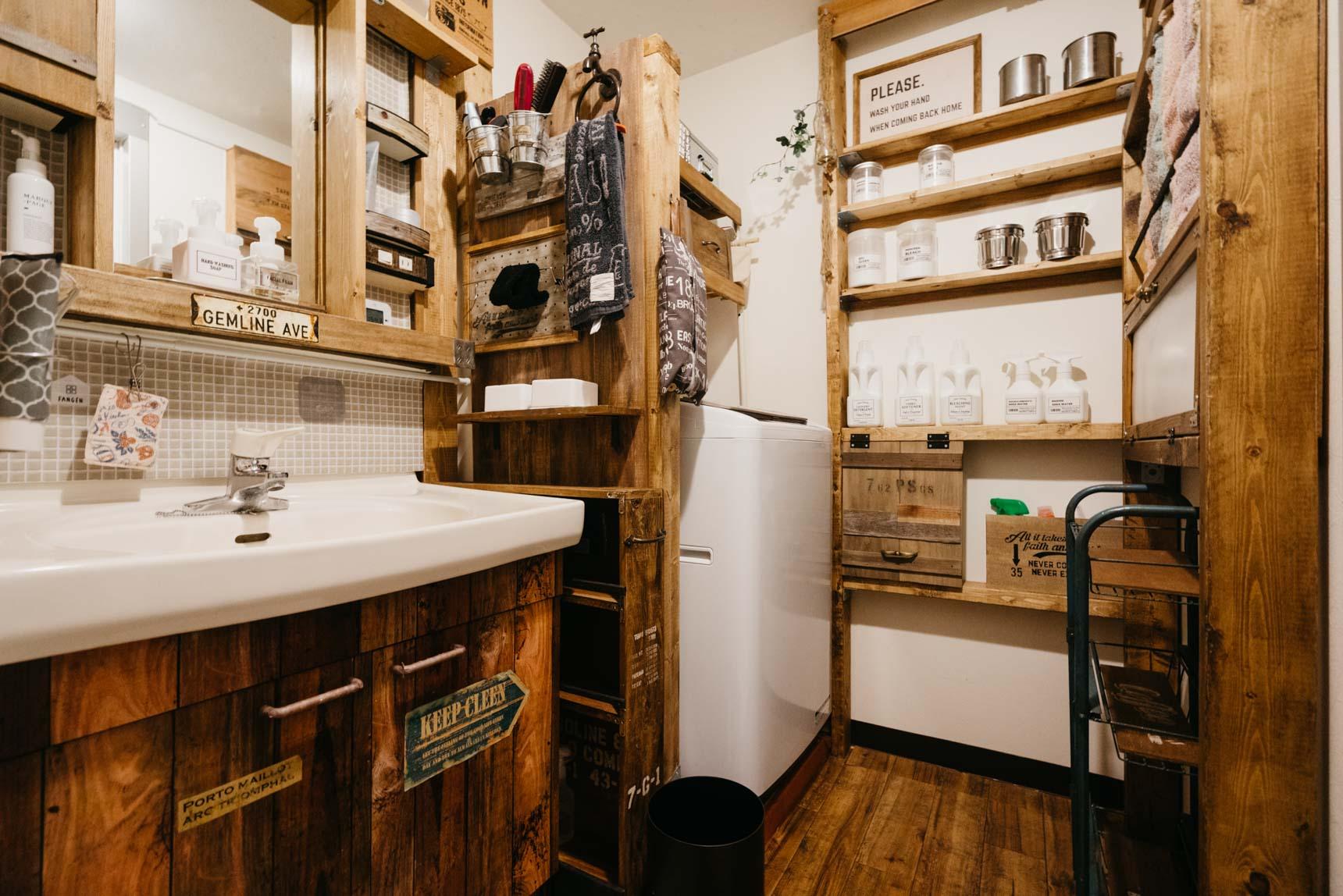 私がすごい!と思ったのは、こちらの洗面台。賃貸によくある収納がたくさんついた洗面台なのですが、その上から「かぱっ」とはめられる木枠を作り、雰囲気がガラリと変わっています。