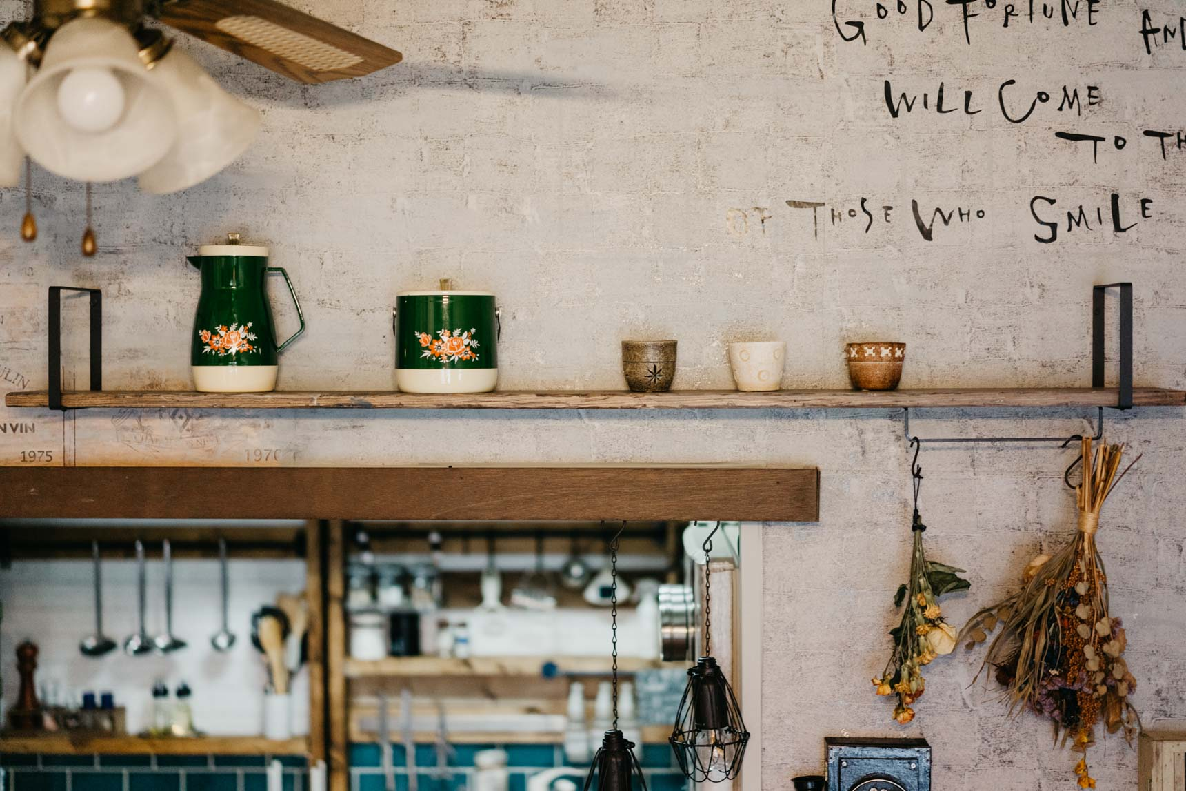 goodroom 錦糸町店でも取り扱っている、「Weekend Workshop」の棚受けを使った棚もありました。好きな器を飾るのにぴったりですね。