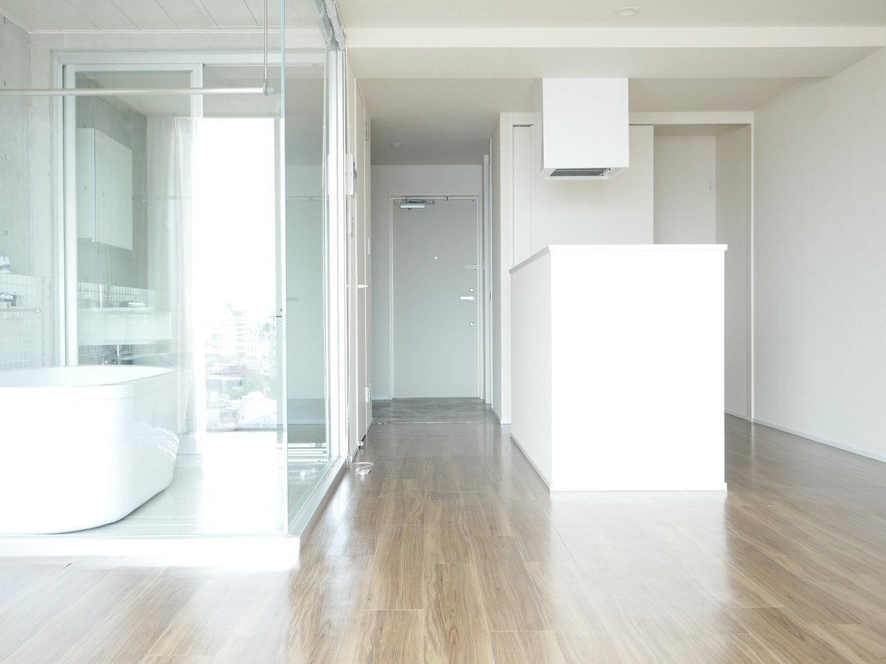 リビングは16.1畳。日中は玄関も照明いらずなほど、明るい陽射しが降り注ぐ室内。さあ、あなたはこのバスルームを中心に、どんなお部屋をつくりますか。