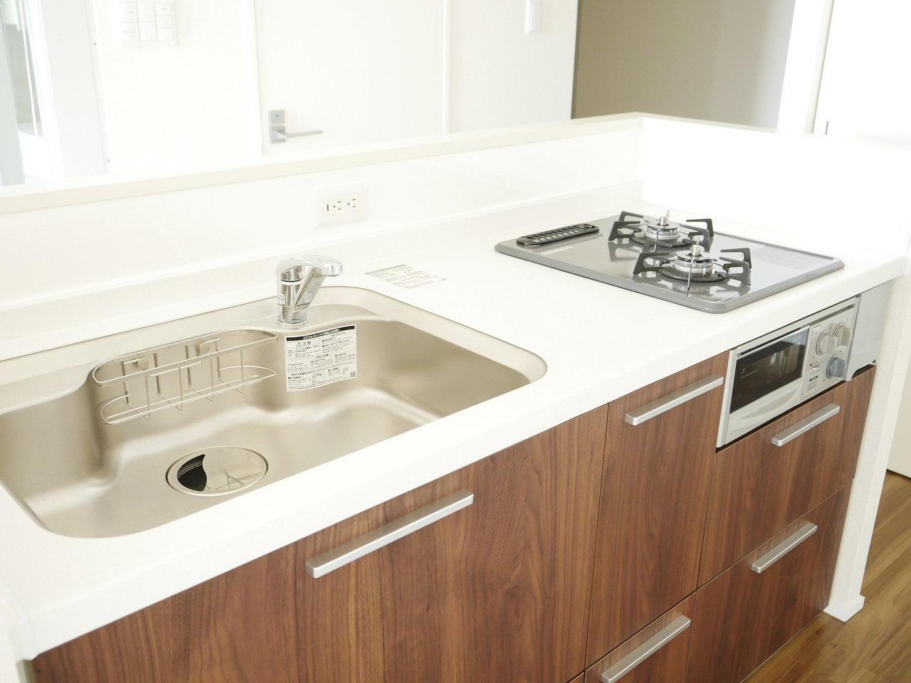 キッチンも白をベースとしてもので、広々としています。カウンタータイプなので開放的に料理をできるのもうれしいです。