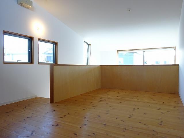 階段を上がると広がる2階は、なんと無垢床・10畳。収納もしっかりありますよ。天窓から柔らかい光が差し込んで、優しい雰囲気が広がります。寝室にするだけではもったいない……!