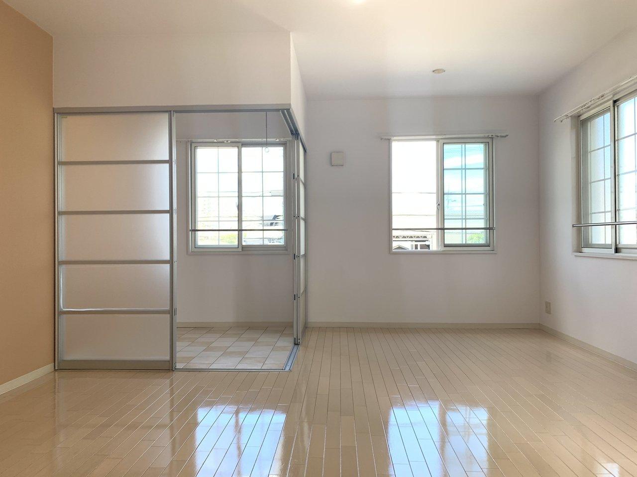 12畳ある洋室の角には、サンルームスペースも。雨の日でも洗濯物を干せるし、リビングの延長使いでテーブルを置いてリラックスできるスペースを作っても面白いですね。いずれにしても「外」を感じられる、気持ちの良い空間を作りましょう。
