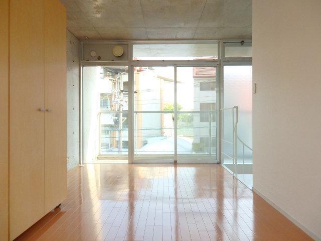 2階はまた雰囲気変わりまして、少しモダンな雰囲気。光が差し込んでとっても気持ちの良い部屋ですね。