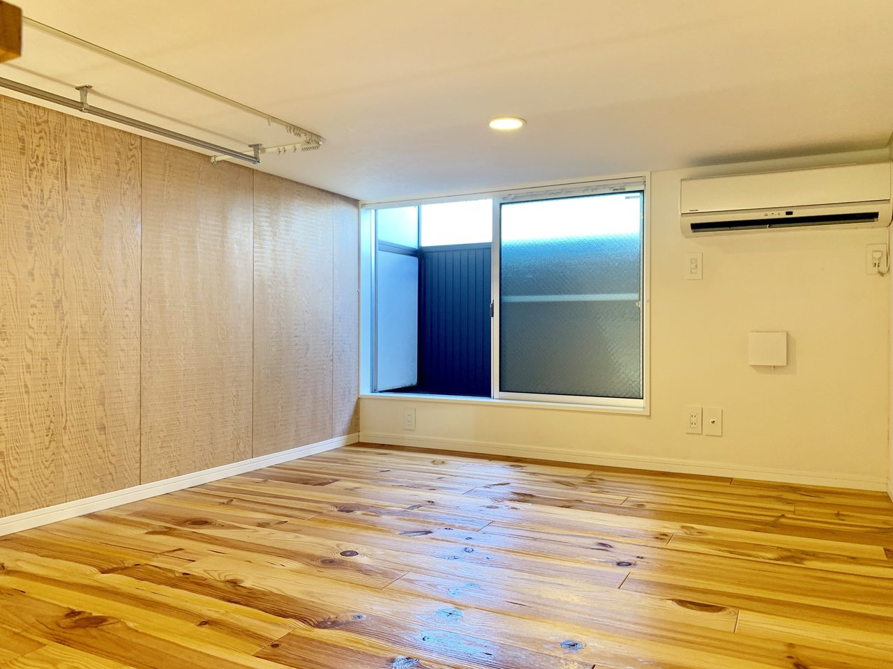ロフトへはハシゴで上がるイメージが強いですが、こちらのお部屋は階段で上がります。窓、照明、コンセント、エアコンが付いていて、ロフトと言うよりお部屋と言ったほうが、しっくりくる印象です。アロマを焚いたり、小さな観葉植物を置いたりして、自分だけのリラックス空間を作りましょう。