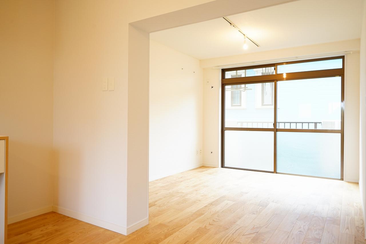 室内にはたっぷりと陽射しが差し込みます。仕切りをうまく活用して、キッチンのある手前をダイニングに、奥にはソファなどを置いてゆっくりできるスペースに、と使い分けもできそうですね。
