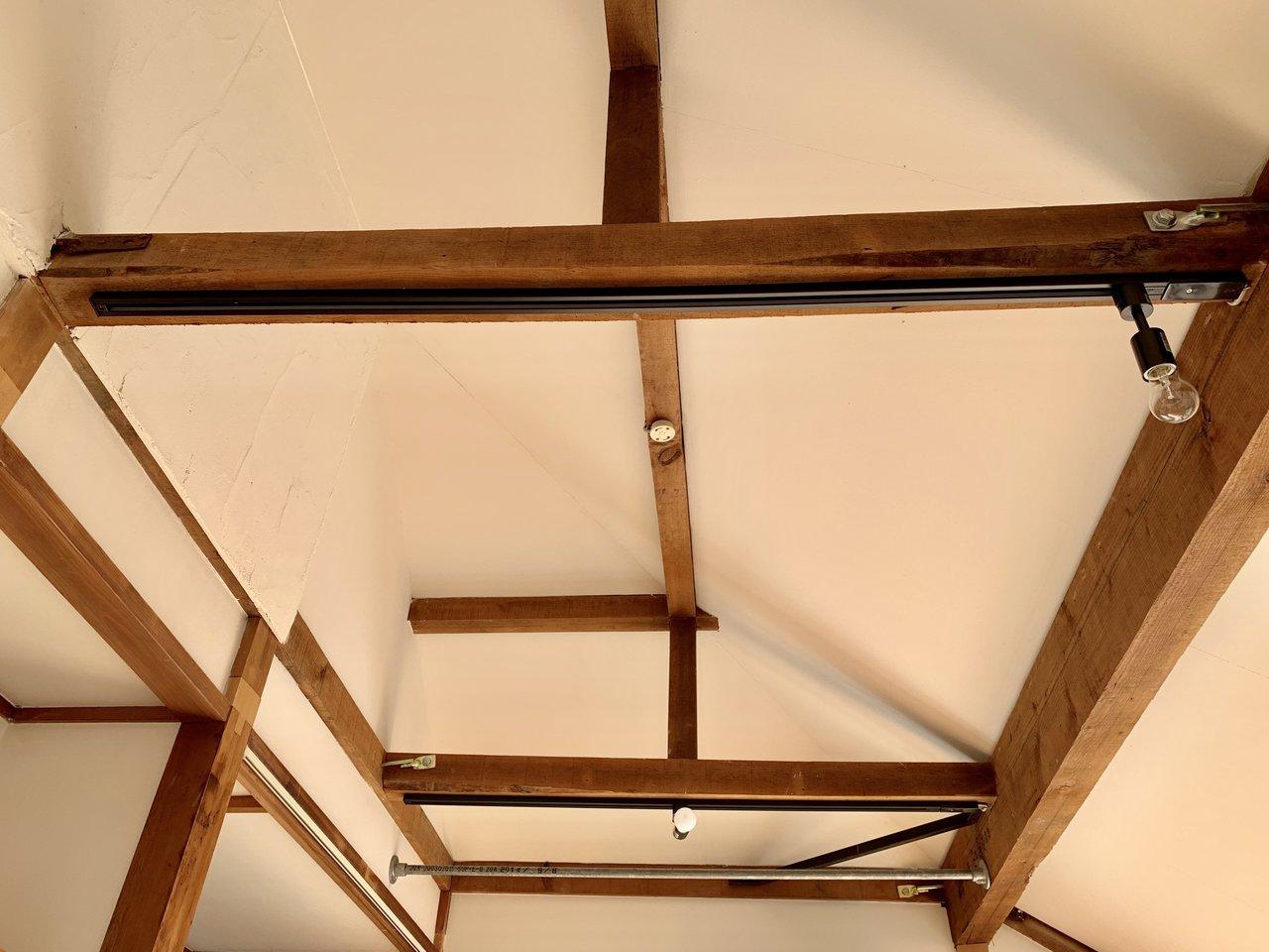 天井も高いため、1Kのお部屋ですが、圧迫感が全くないんです。梁にはライティングレールが。お気に入りのおしゃれなライトを取り付けてもいいですね。