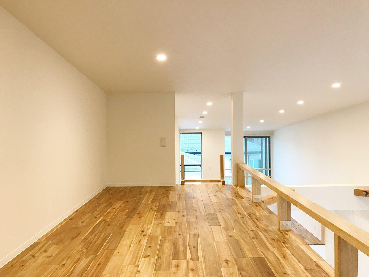 ロフトも広々としていて高さもあります。無垢床はもちろんここにも。お客様には見えない位置なので、布団を敷いて、寝室にしましょう。