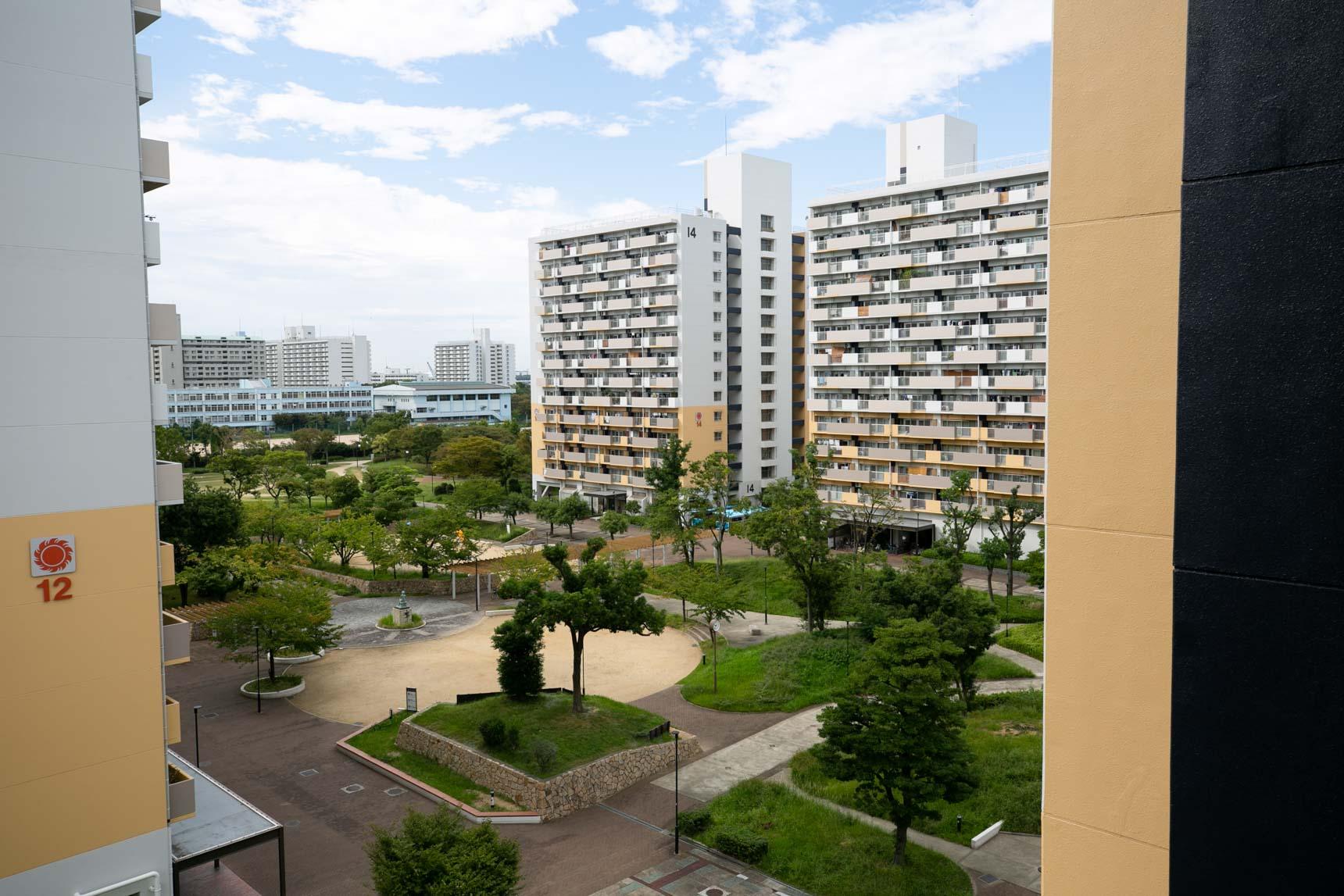 11号棟から、真ん中の緑地、プレイロットを見下ろしてみたところ。公園の中に住んでいるみたいですよね。