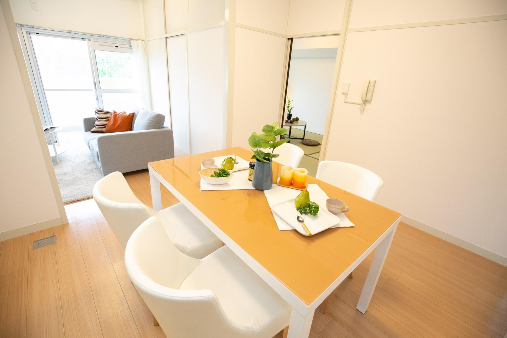 床もナチュラルで明るい色味、白をベースにしたシンプルな内装なので、どんなインテリアでも合わせやすそうですね。