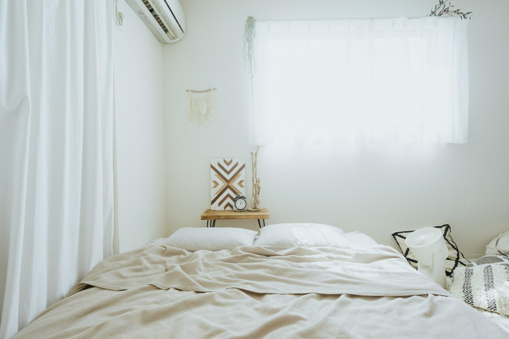 クイーンサイズの大きなベッドは、パレットに直接マットレスを置いて高さを抑え、部屋が広く見えるように。ソファがわりにも使っています