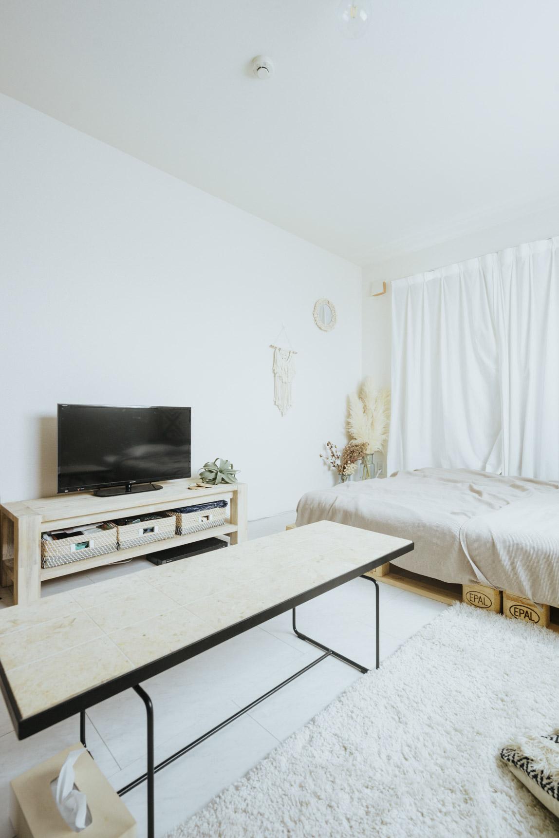 部屋のイメージを決めているのは、天然石の天板が印象的な、IDEEのMACTAN LOW TABLE。TVボードは白い木のものを探して、unicoで見つけました。