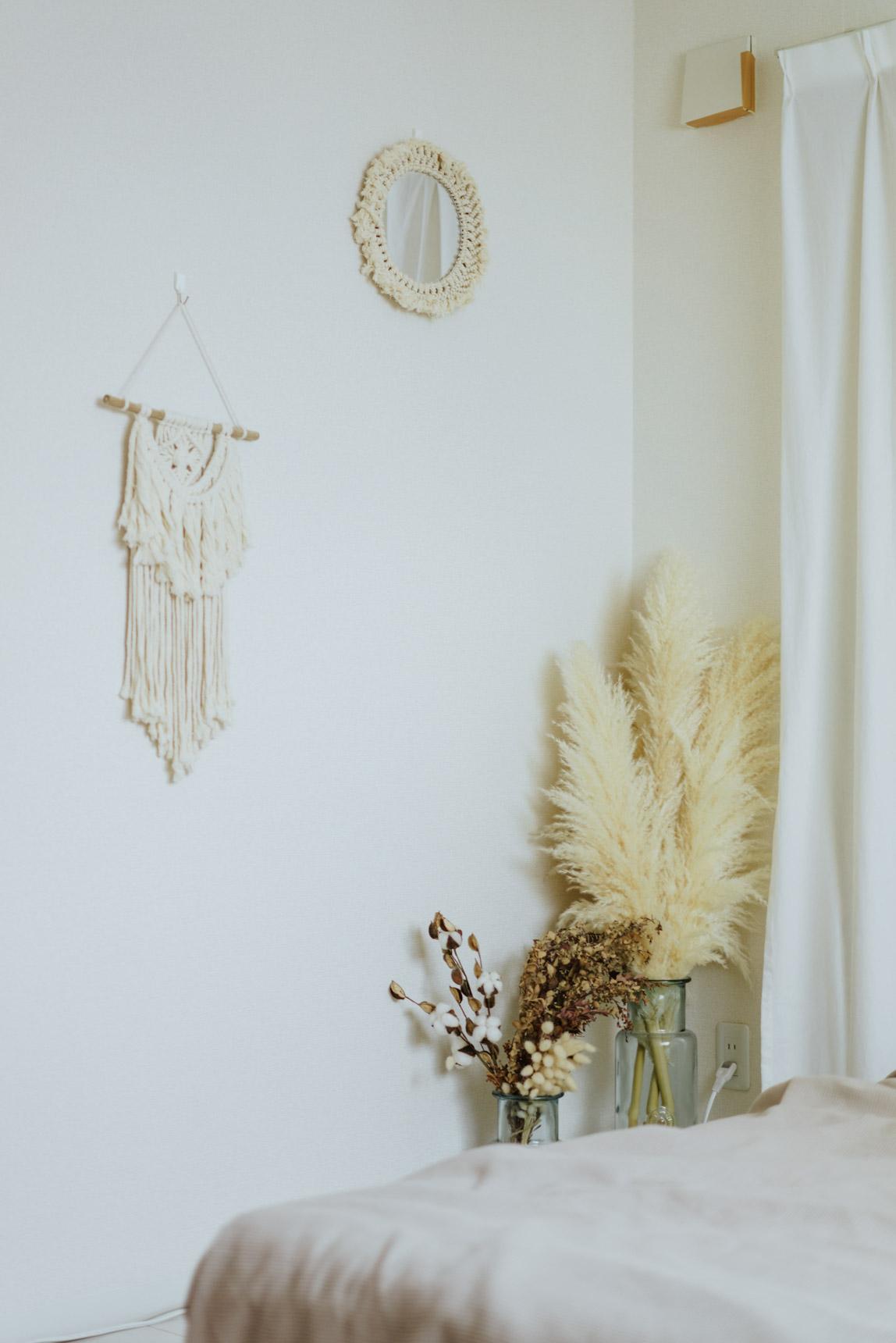 壁には、ちょっとボヘミアンを感じさせるマクラメなどの飾り。大きなパンパスグラスもアイキャッチになっていて素敵です。