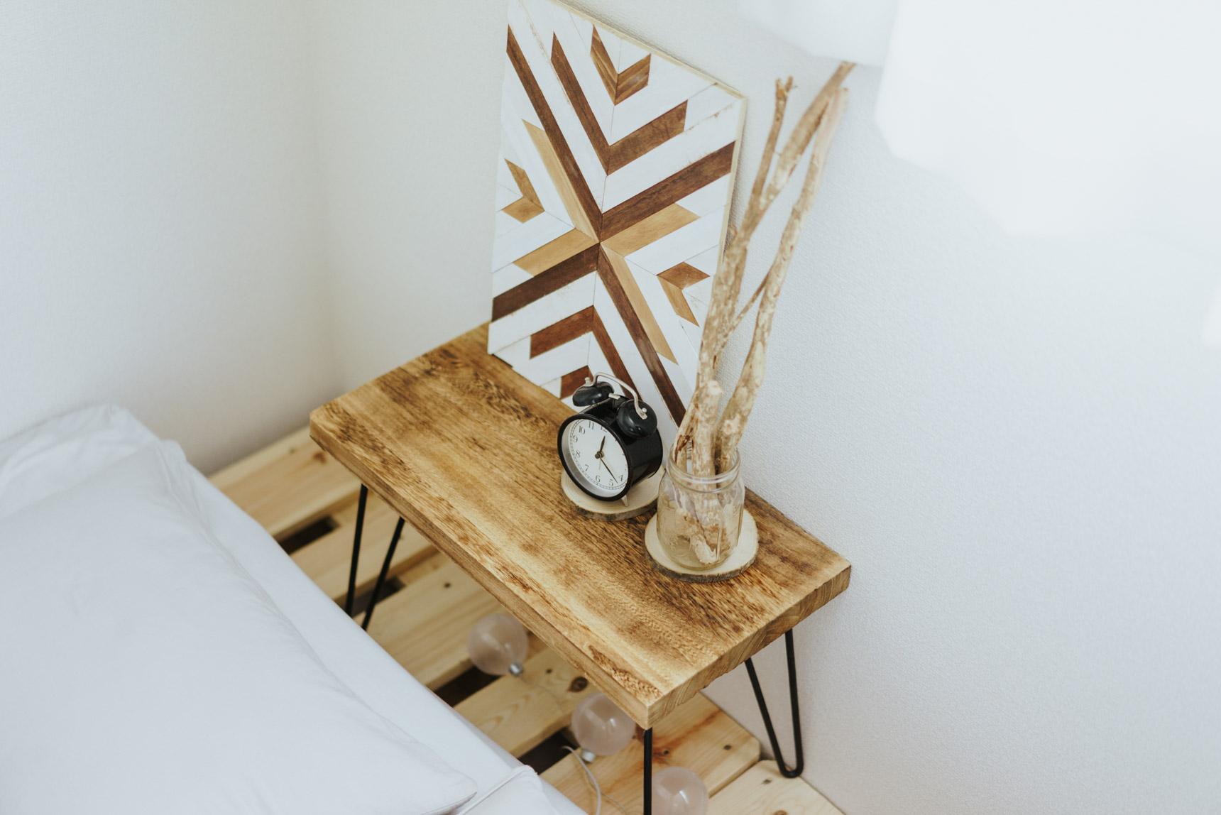 枕元に飾られているのも、自然素材で幾何学模様。