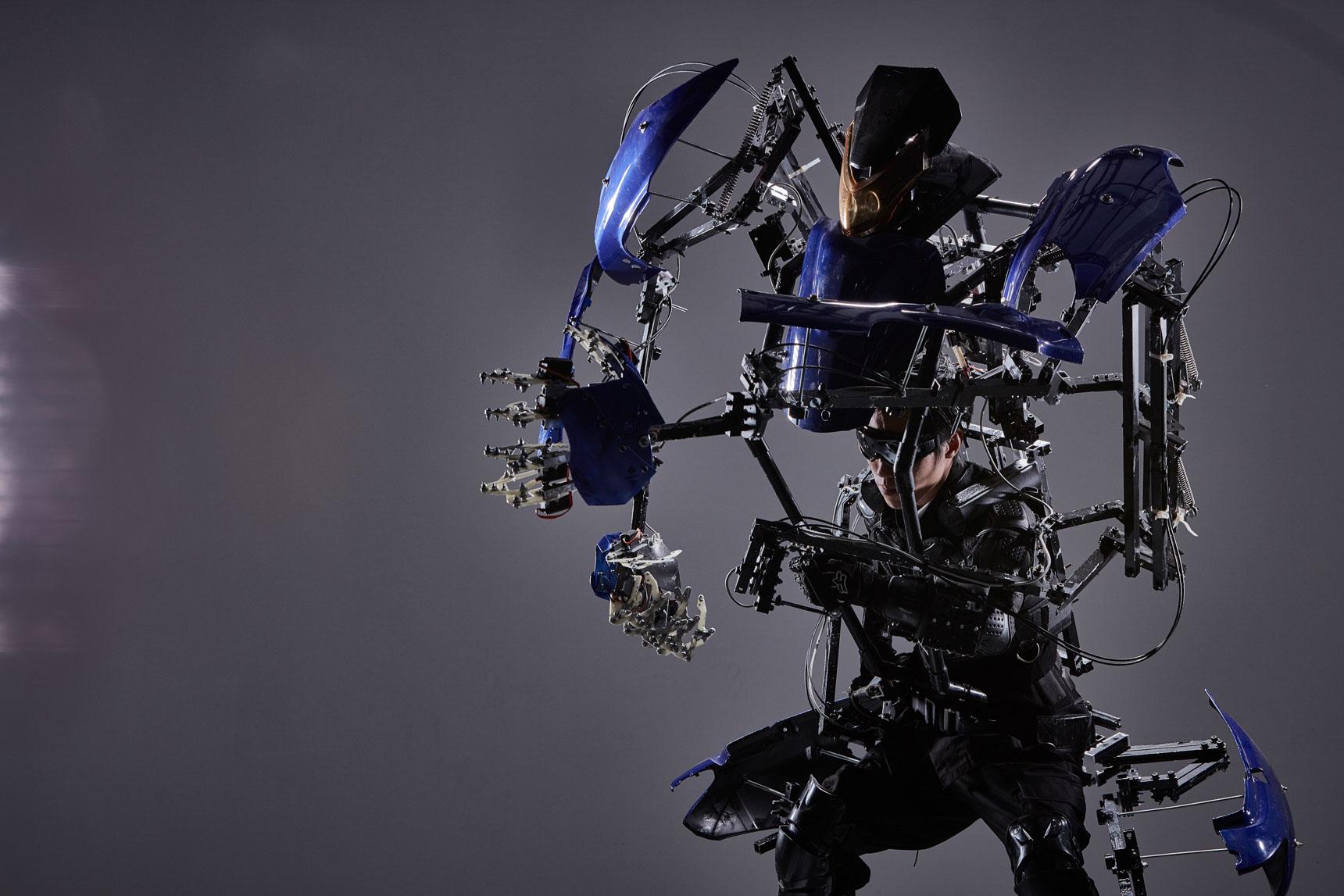 「スケルトニクス」は、電気ではなく、腕や足の動きに追従して動くリンク機構をつかって、ダイナミックな腕や足の動きを実現できる動作拡大型デバイス。10/26〜ららぽーと柏の葉で展示、11/2〜3の2日間は 見るだけでなく実際に装着して体験することができます。(写真提供:スケルトニクス株式会社)