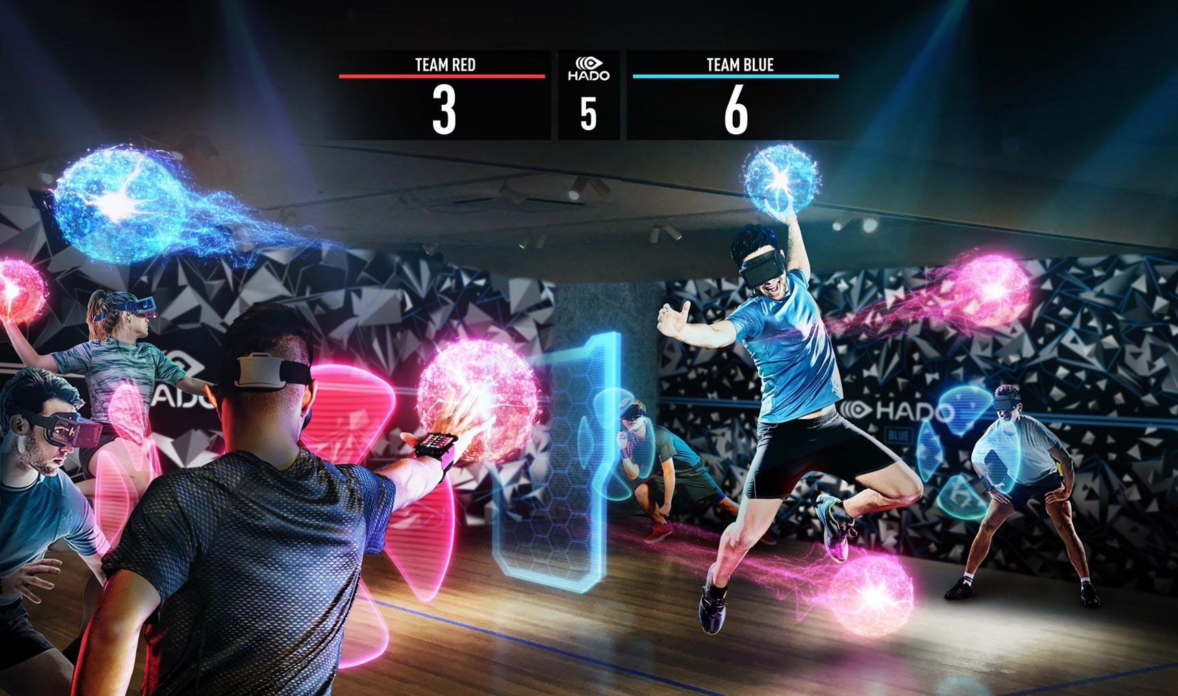 頭にヘッドマウントディスプレイ、腕にはアームセンサーを装着してAR空間でプレイする「HADO」。身体の動きに合わせて「魔球」や「盾」が出現し、まるでゲームの空間に自分が入り込んだかのように楽しむことができます。(©️HADO)