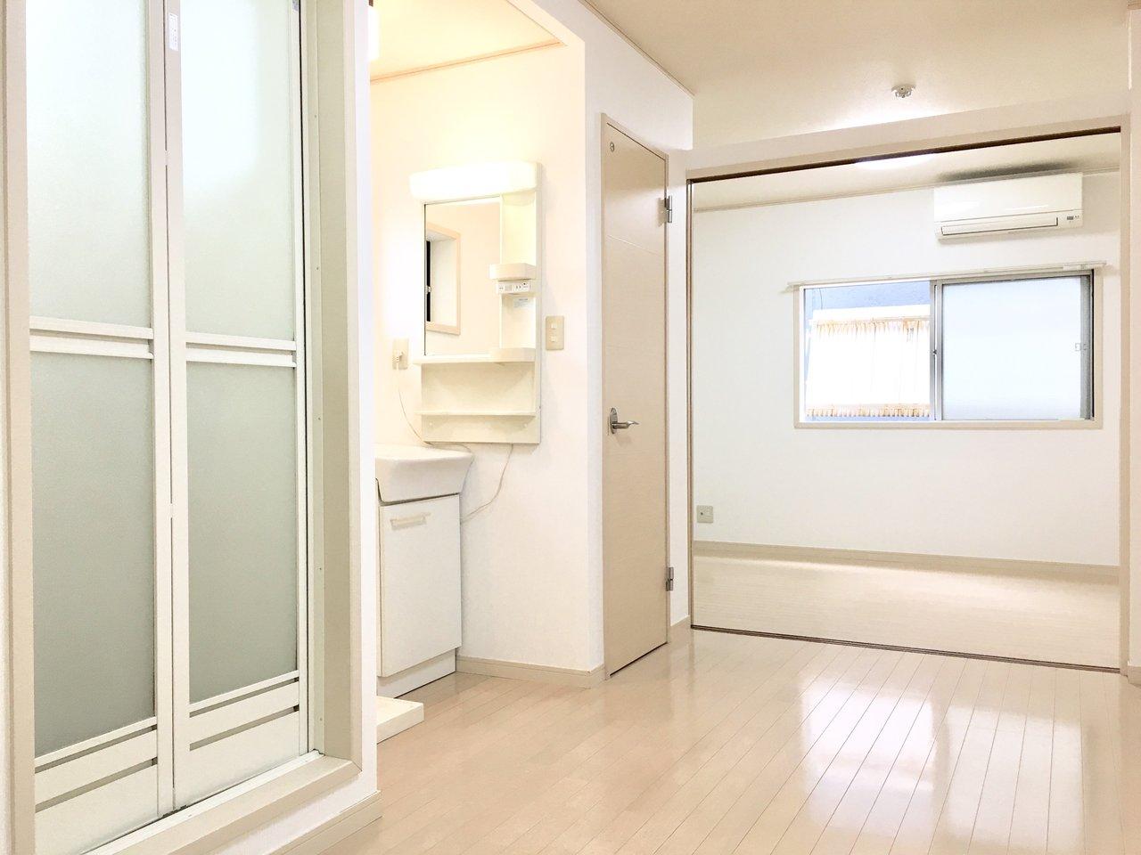 桜川駅から徒歩5分。1DKのお部屋です。7.5帖のリビングにはシャワー・トイレ・洗面台の水回りが横一列になっています。また角部屋なので、その特権として洗面台とトイレにも小窓があって風通しはバッチリ!