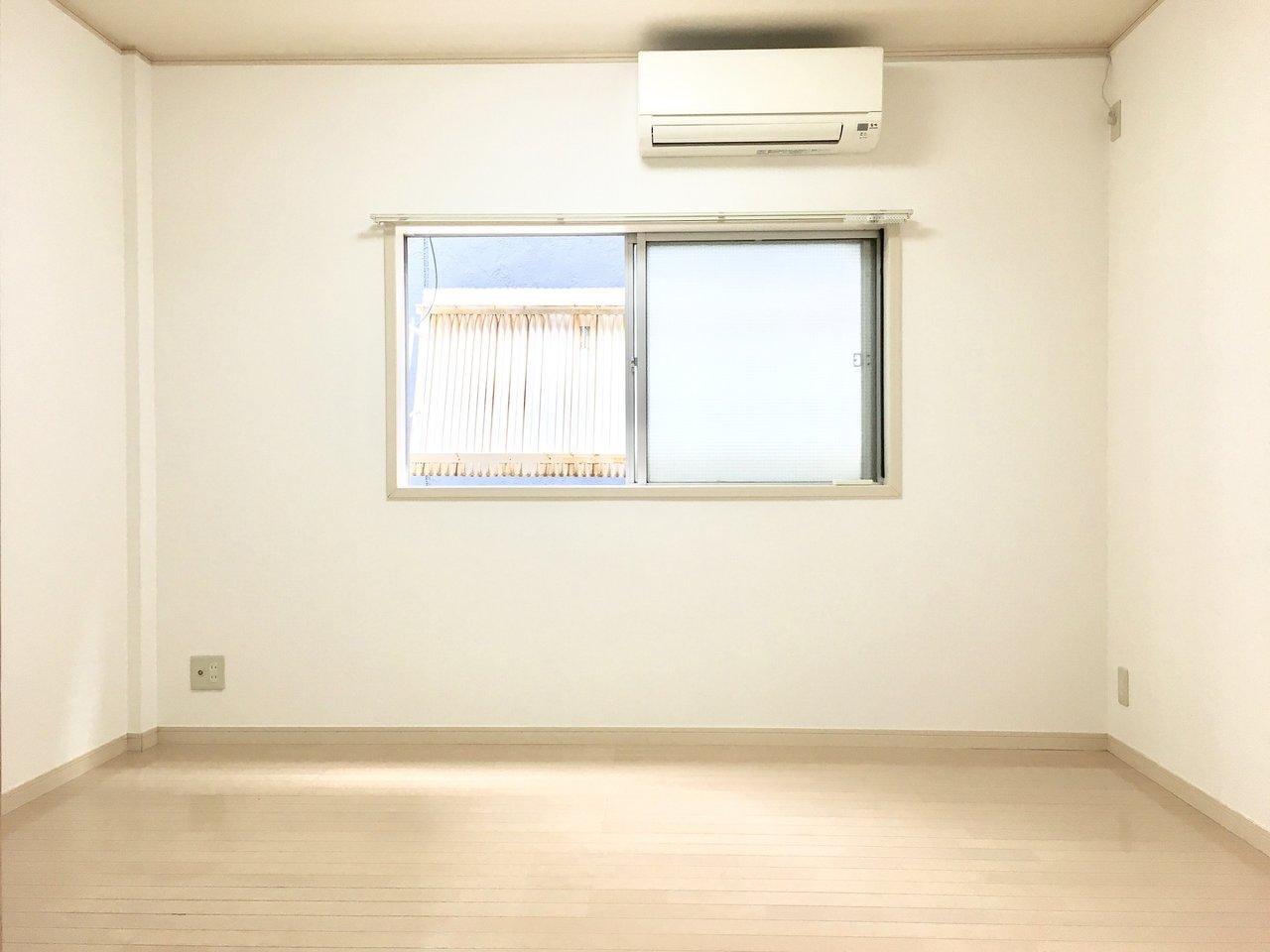 洋室の方は6畳あって、寝室としてもゆったり使うこともできますし、ベット+デスクを置いても書斎として使うのもいいかもしれません。エアコン完備なのもうれしいですね。