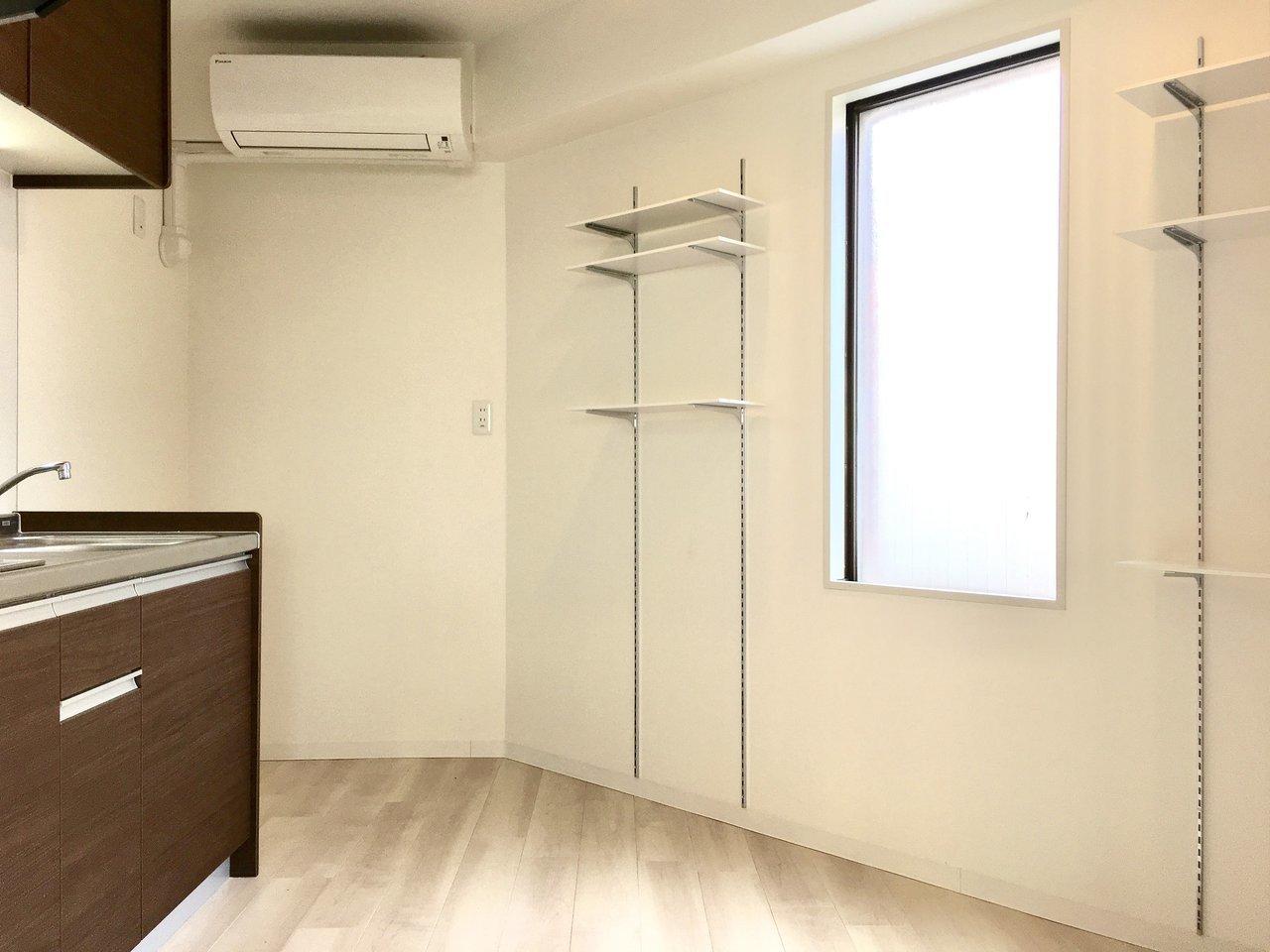 キッチンの向かい側には、洋室にもあった可動式の棚が2つ。料理好きさんはここにスパイスや パスタなどレイアウトして、キッチンだけのスペースとして使うのもありかも。扉を閉めても、小窓からの明かりが差し込んで、キッチンが暗くならないのもうれしい!