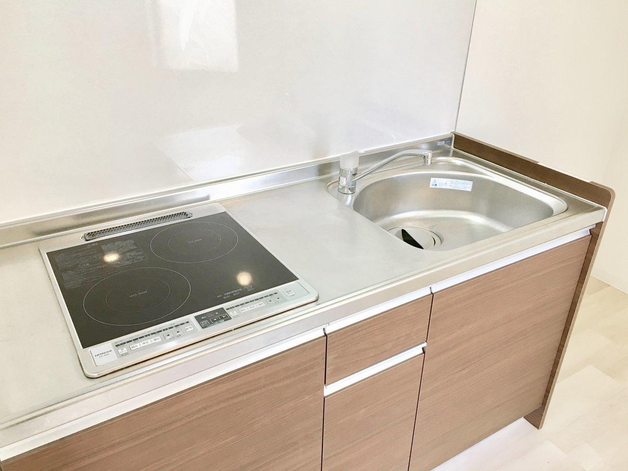 キッチンは2口のIHコンロ。IHなので汚れた場合のお手入れが簡単なのがうれしいポイント。料理中はドアを閉めておけば、洋室への臭いうつりの心配も軽減されますよ。