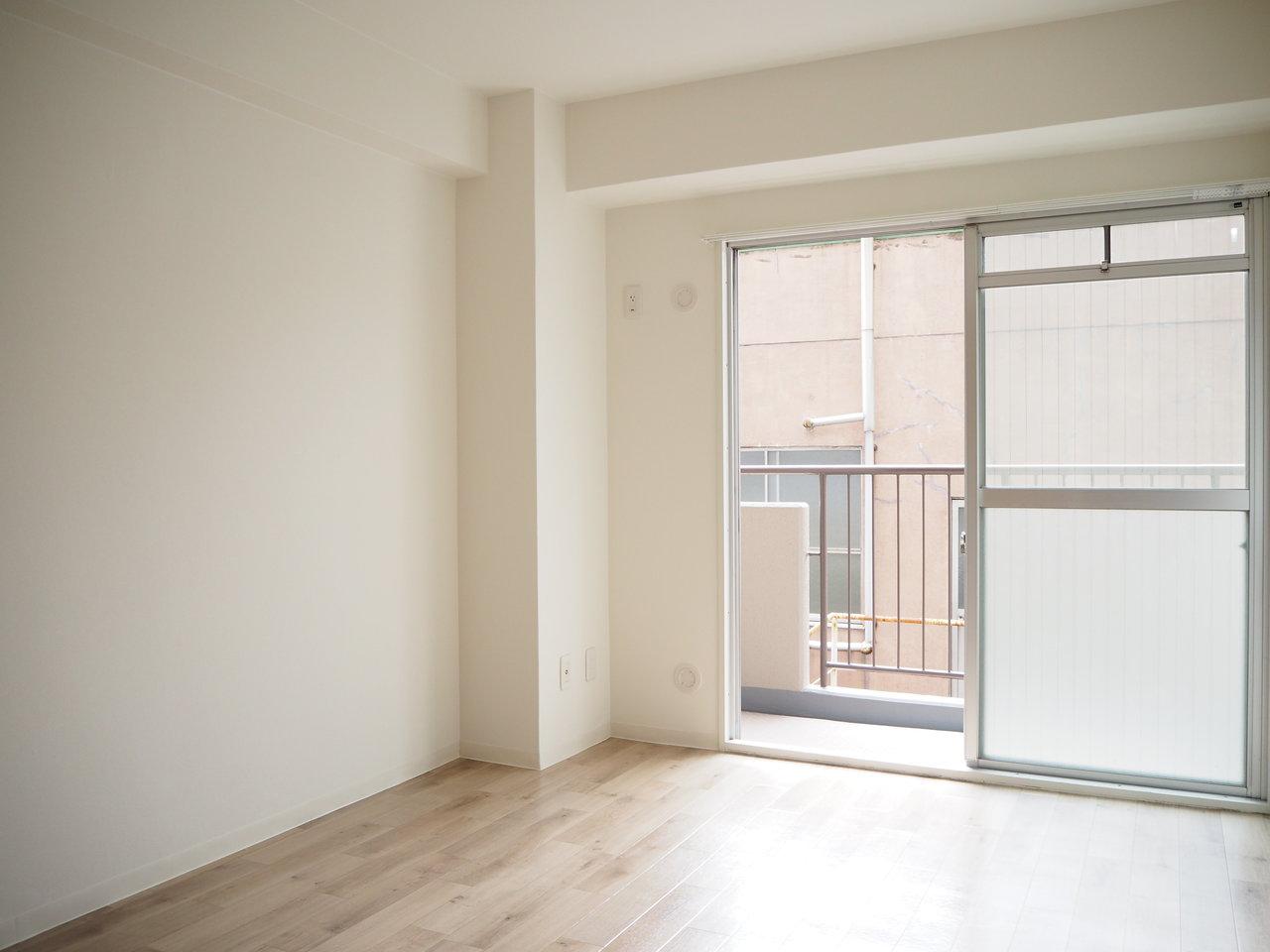 寝室に使うであろう、洋室部分にも大きな窓が。もちろんベランダも。洗濯物、たくさん干せそうでうれしいですね。しかもこの洋室は、居室スペースと完全に部屋が分けられているので、生活スタイルの違うふたり暮らしとしても住みやすいかもしれないですね。