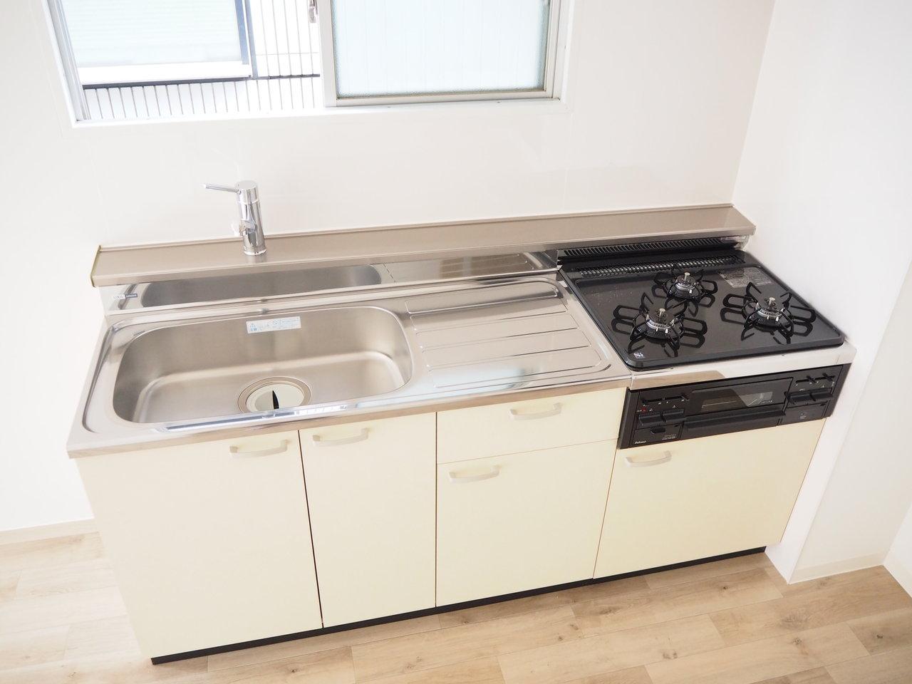 キッチンも3口コンロで、シンクも広く、使い勝手がよさそう。キッチンそばに小窓があるのもうれしい。優しい気持ちでお料理がはかどりそう。