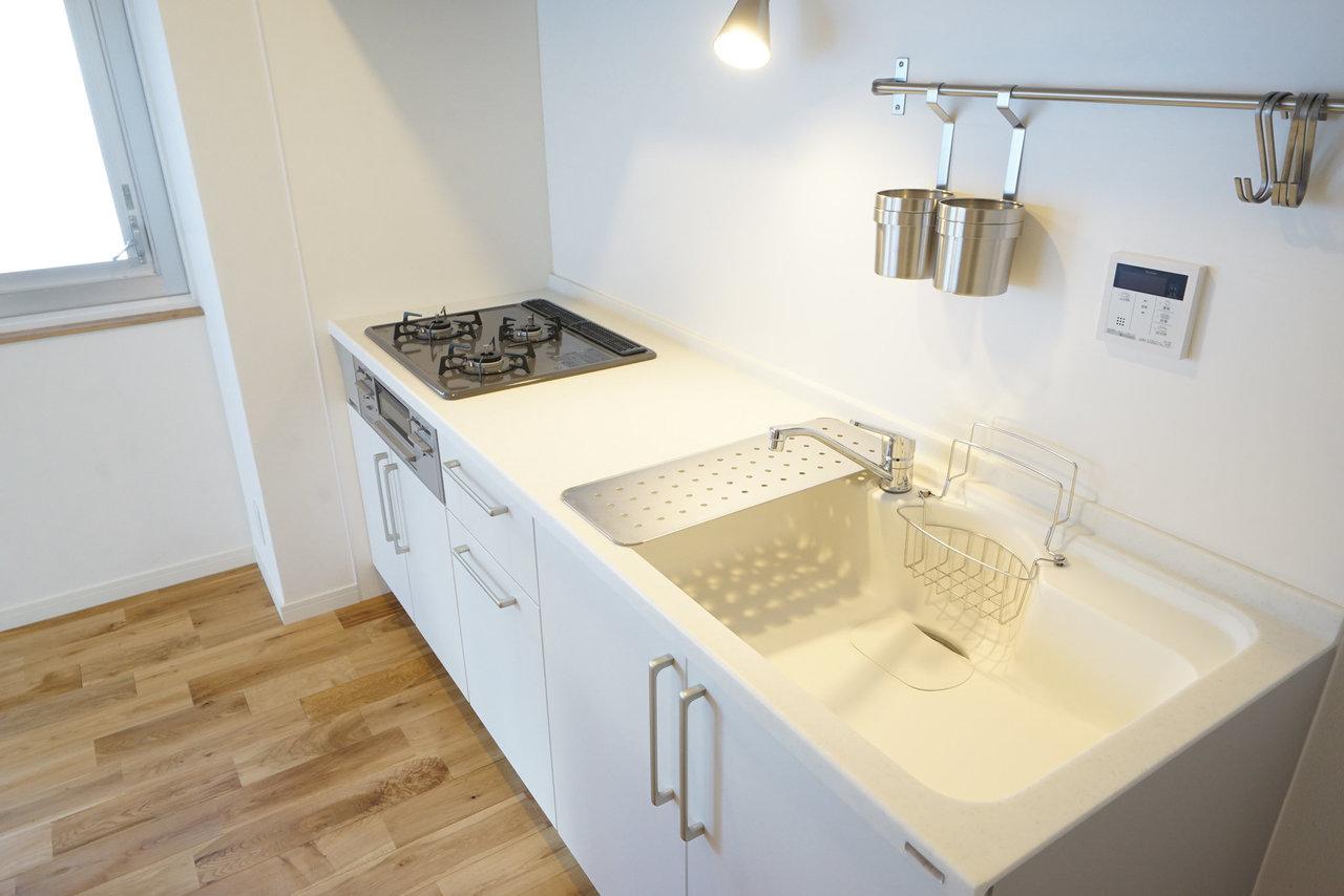 真っ白なデザインキッチンも、使いやすいと評判いいんです。(写真は完成イメージです)