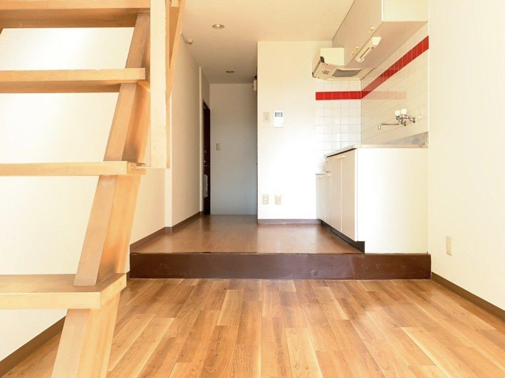 ちょっと不思議なお部屋。16㎡のワンルームですが、上にまだまだ部屋が隠れているので、ここはLDKとして贅沢に使ってOK。