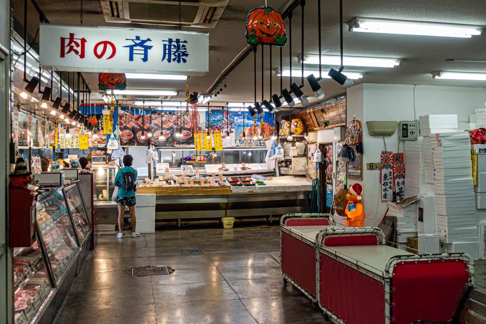 通りの一番奥に、鮮魚店や精肉店、服飾店などが一緒になった〈丸新ストア〉というマーケットもあります。