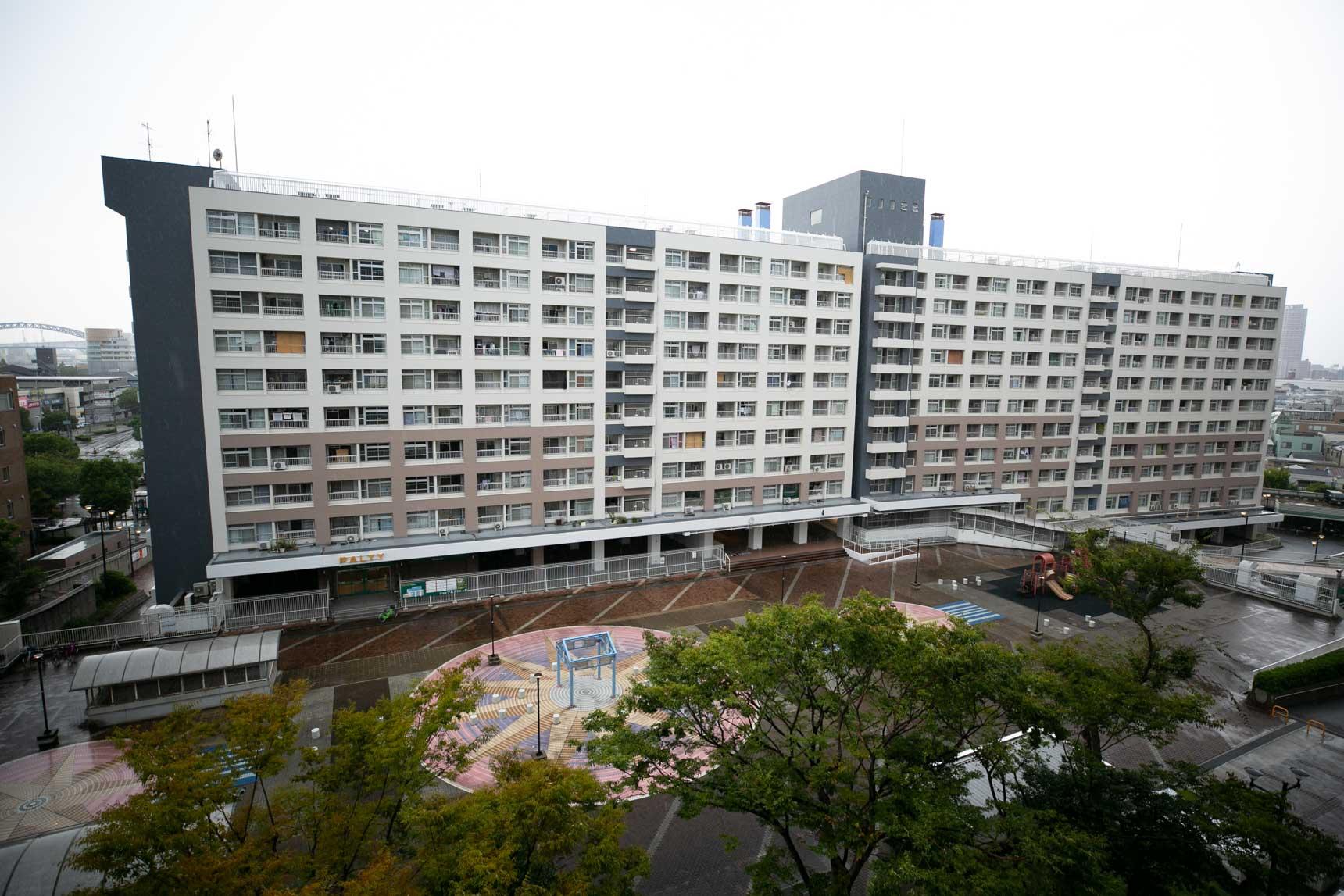 広場を真ん中に高層の住宅が並び建ちます。