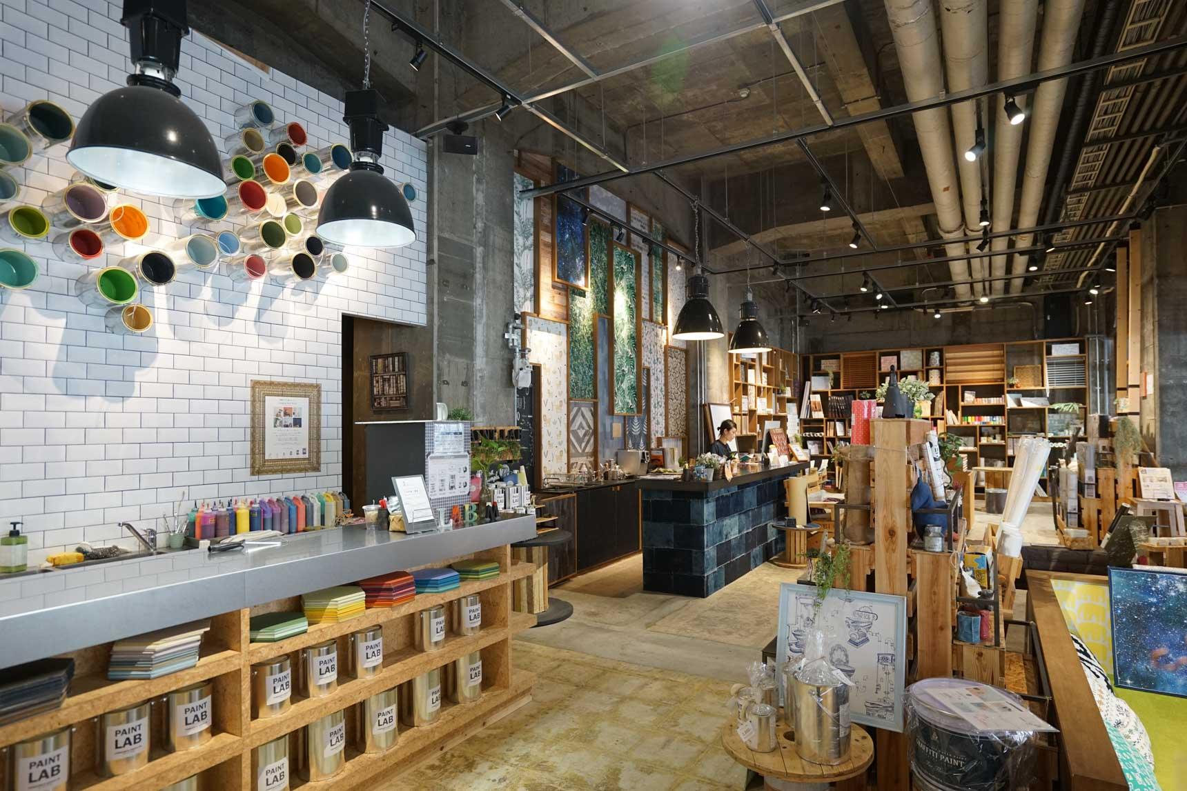 壁紙屋本舗で扱う商品のカタログが集まり、塗料の調色ができる「ペイントラボ」もあります。