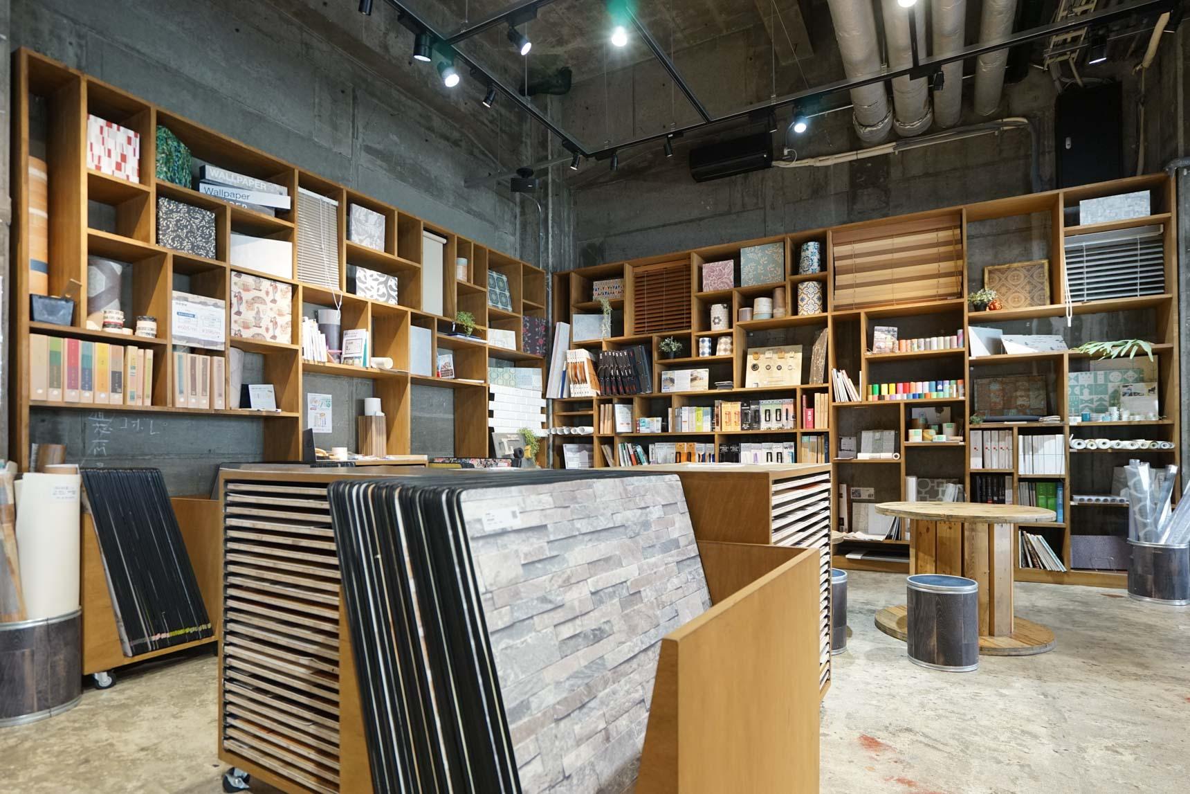 壁紙や床材の大判サンプルも豊富に揃うので、組み合わせを確認することもできます。