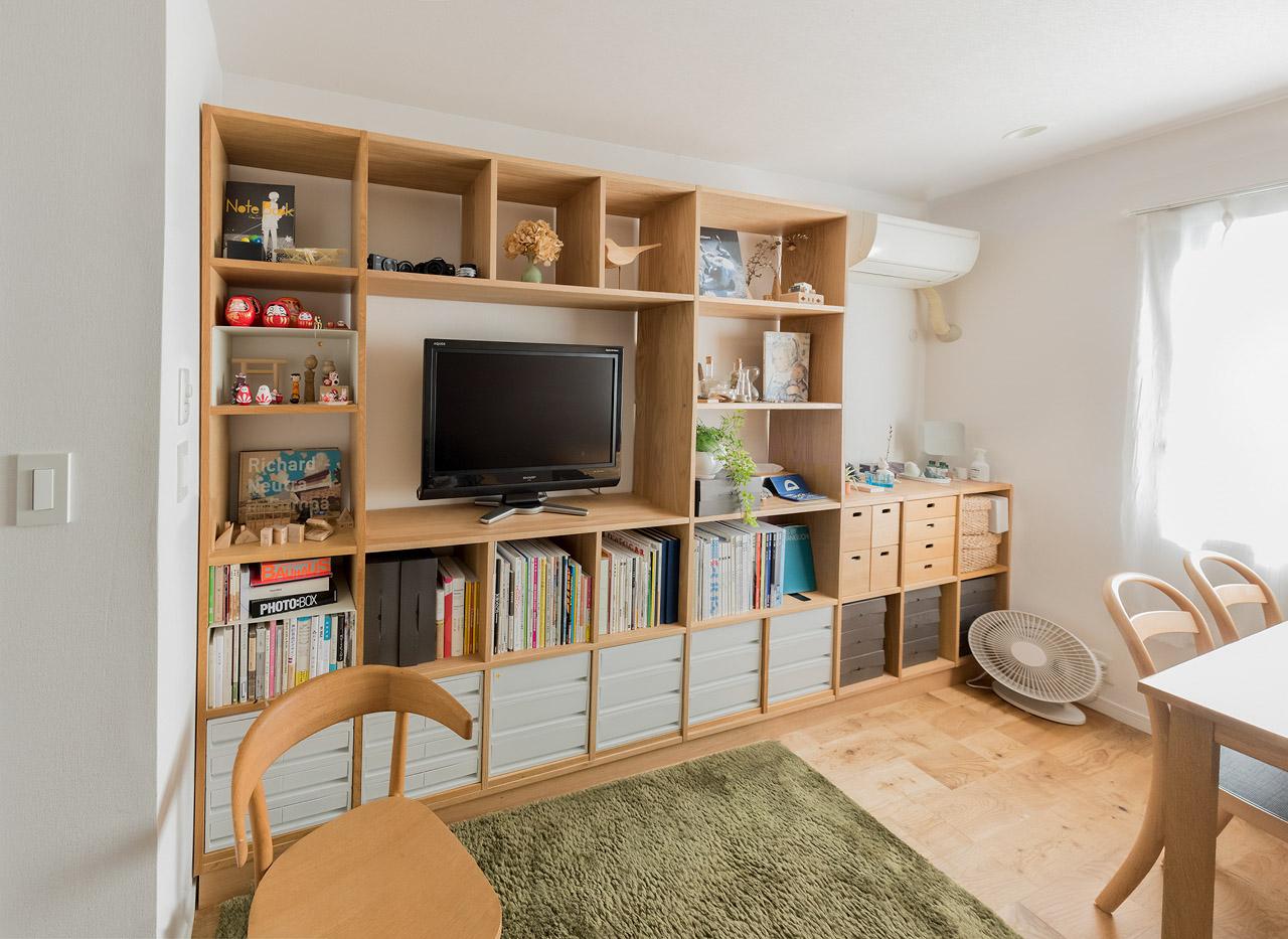 「縦長の部屋」のメリットでもある、たくさんある壁面を利用して壁一面の本棚を設置。