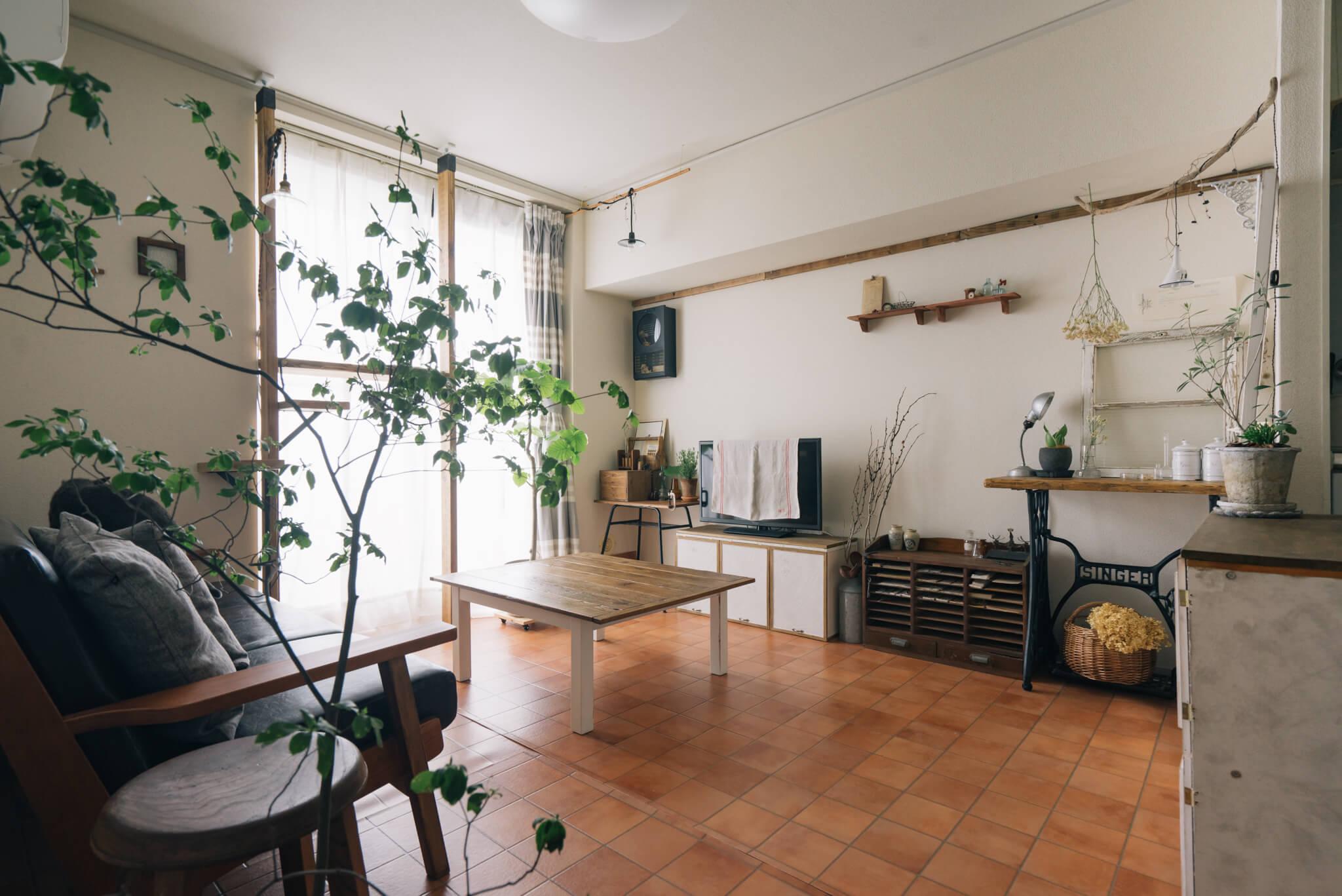 空間が広くなった分、すっきりとして雑貨やグリーンなどがよく映えるお部屋になっていますね。