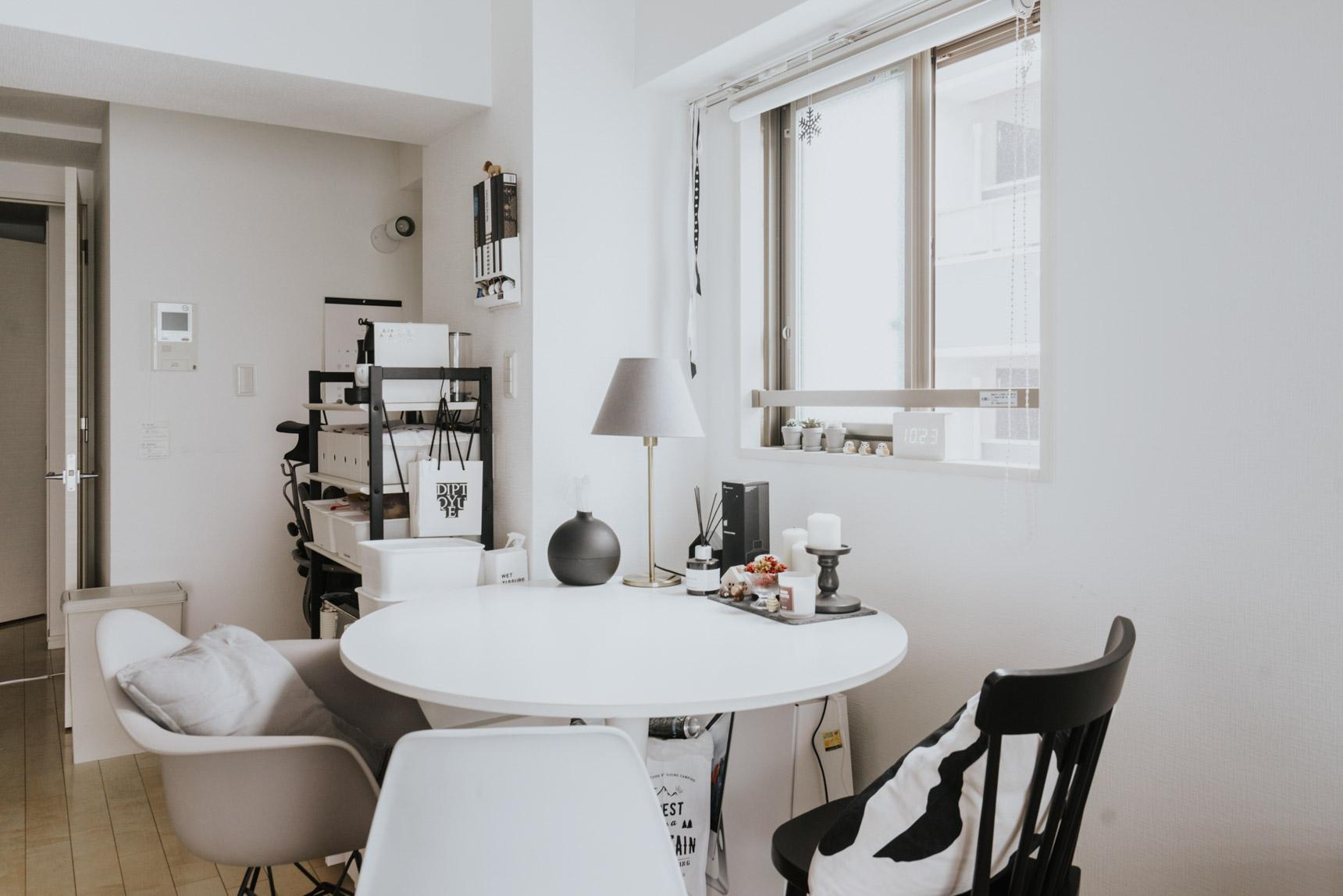 ダイニングテーブルは丸い形のものを選んでいるのも、空間を広く見せるポイントです。