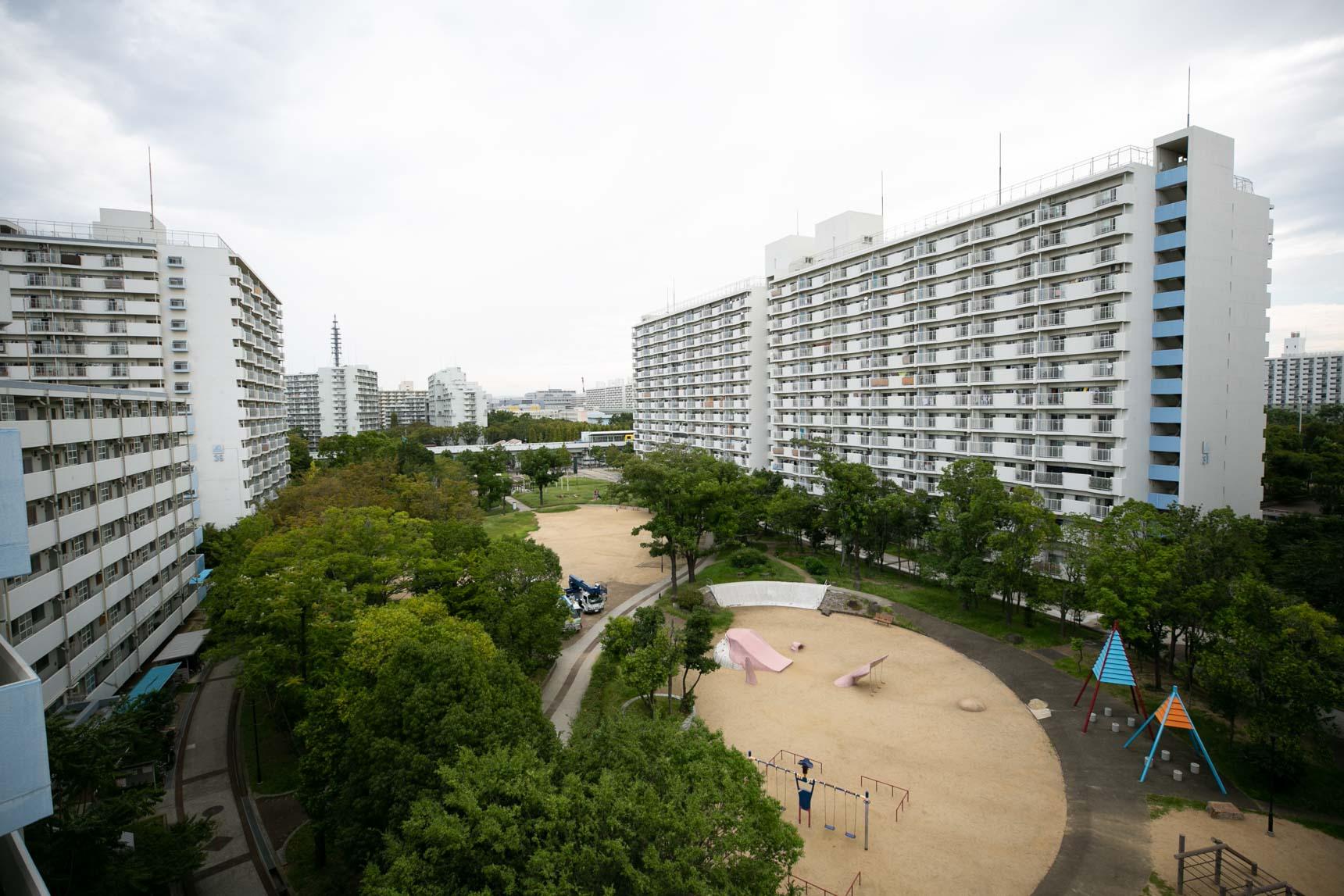 上から『南港しらなみ』の真ん中に広がる広場を見たところ。子どもたちが遊ぶには十分なスペースのあるプレイロットが、いくつも作られています。