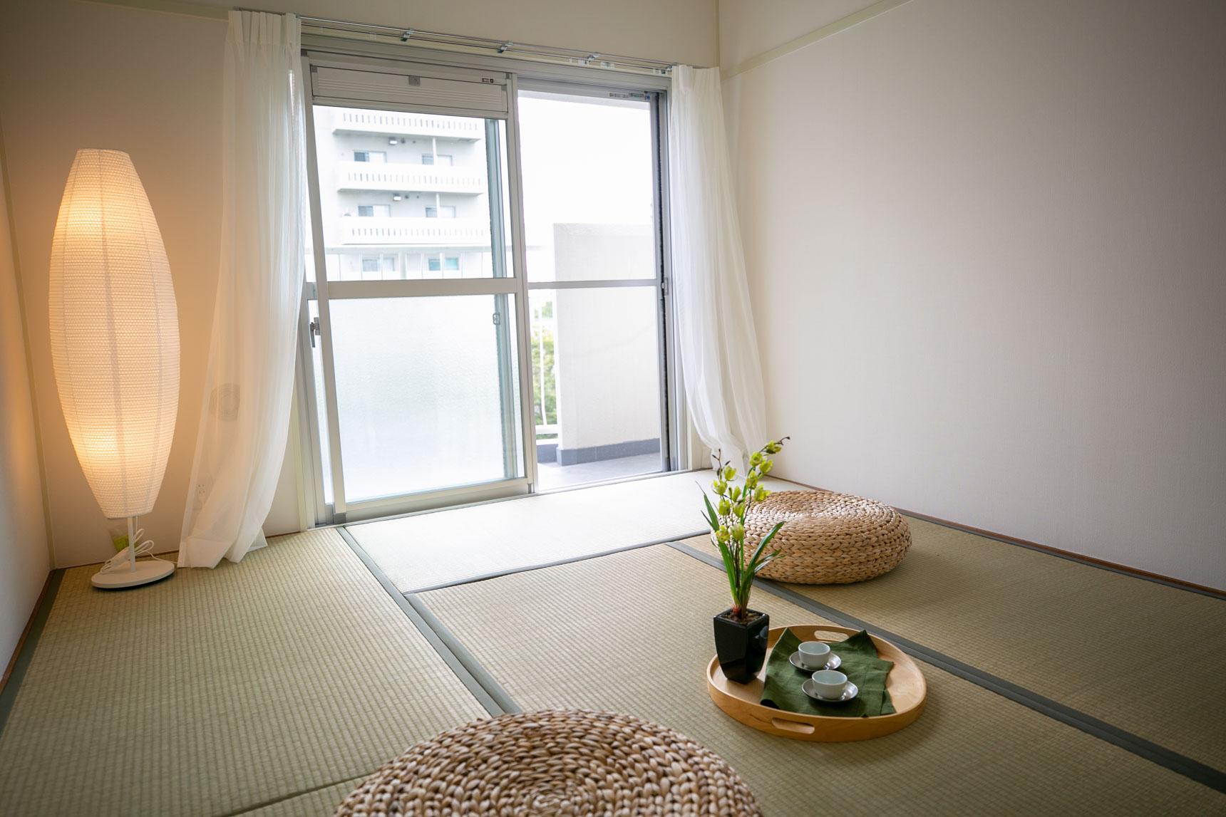 LDKのお隣には、落ち着いた雰囲気の和室があります。お客さんが来た時に泊まってもらうお部屋にしたり、小さな子が遊ぶのにもいいですよね。