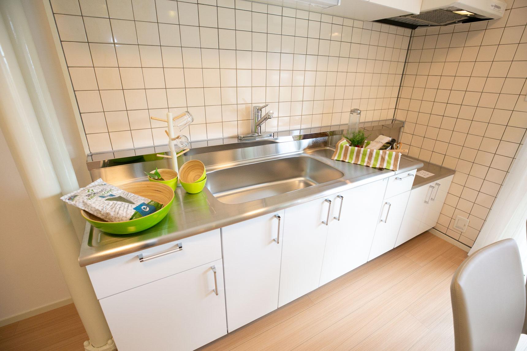 キッチンも白の扉にリニューアル。